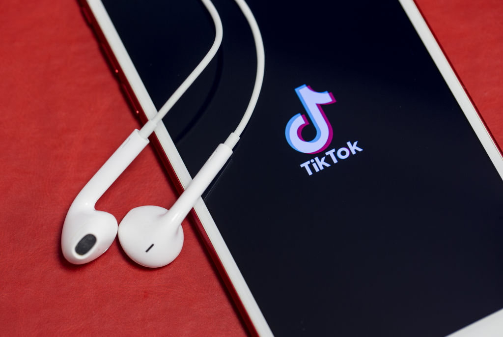 Tiktok Phone Background How To Make A Live Wallpaper Tiktok Hellogiggles