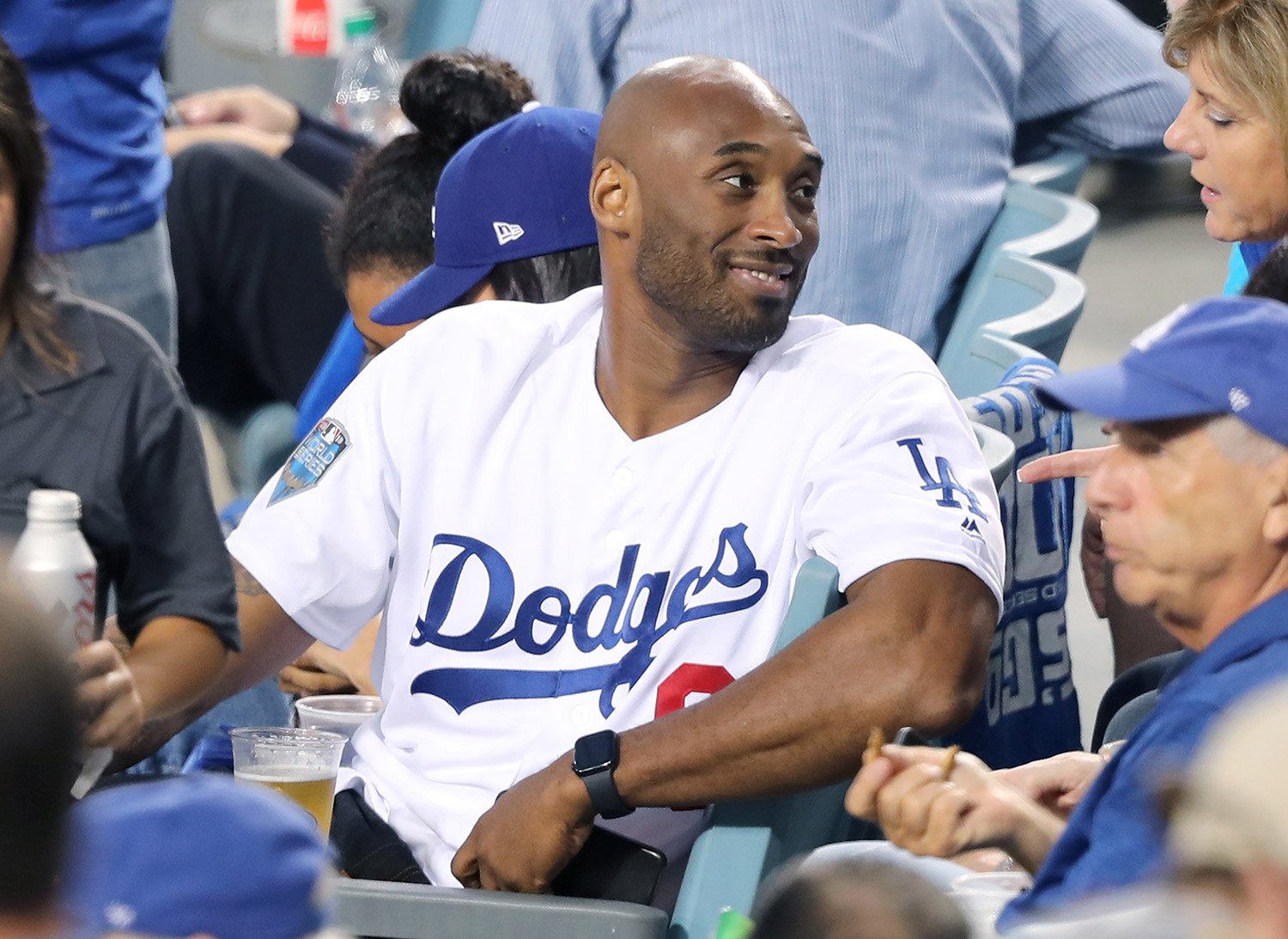 Dodgers Pay Tribute to Kobe Bryant on His 42nd Birthday | PEOPLE.com