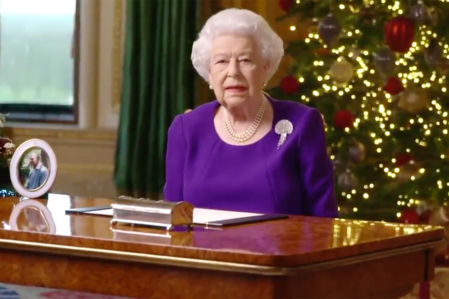The Queen On Christmas Day 2021 Queen Elizabeth Releases Emotional New Year S Eve Message People Com