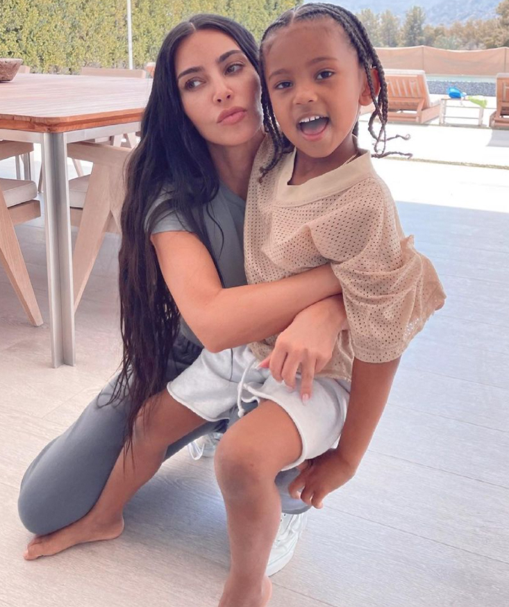 Kim Kardashian chłonie przytulanki z 5-letnim synem Saint na Sweet Photos Ahead of Mother's Day