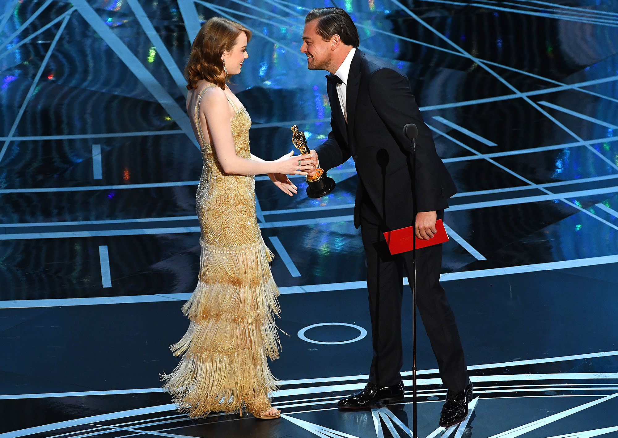 Emma Stone รับรางวัล Oscar จาก Childhood Crush Leonardo DiCaprio: 'Most Surreal Moment'