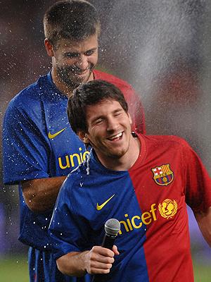 Lionel Messi jugando con su amigo Gerard Piqué
