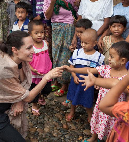 Angelina Jolie, Mujeres solidarias