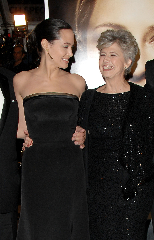 Angelina Jolie y la mamá de Brad Pitt
