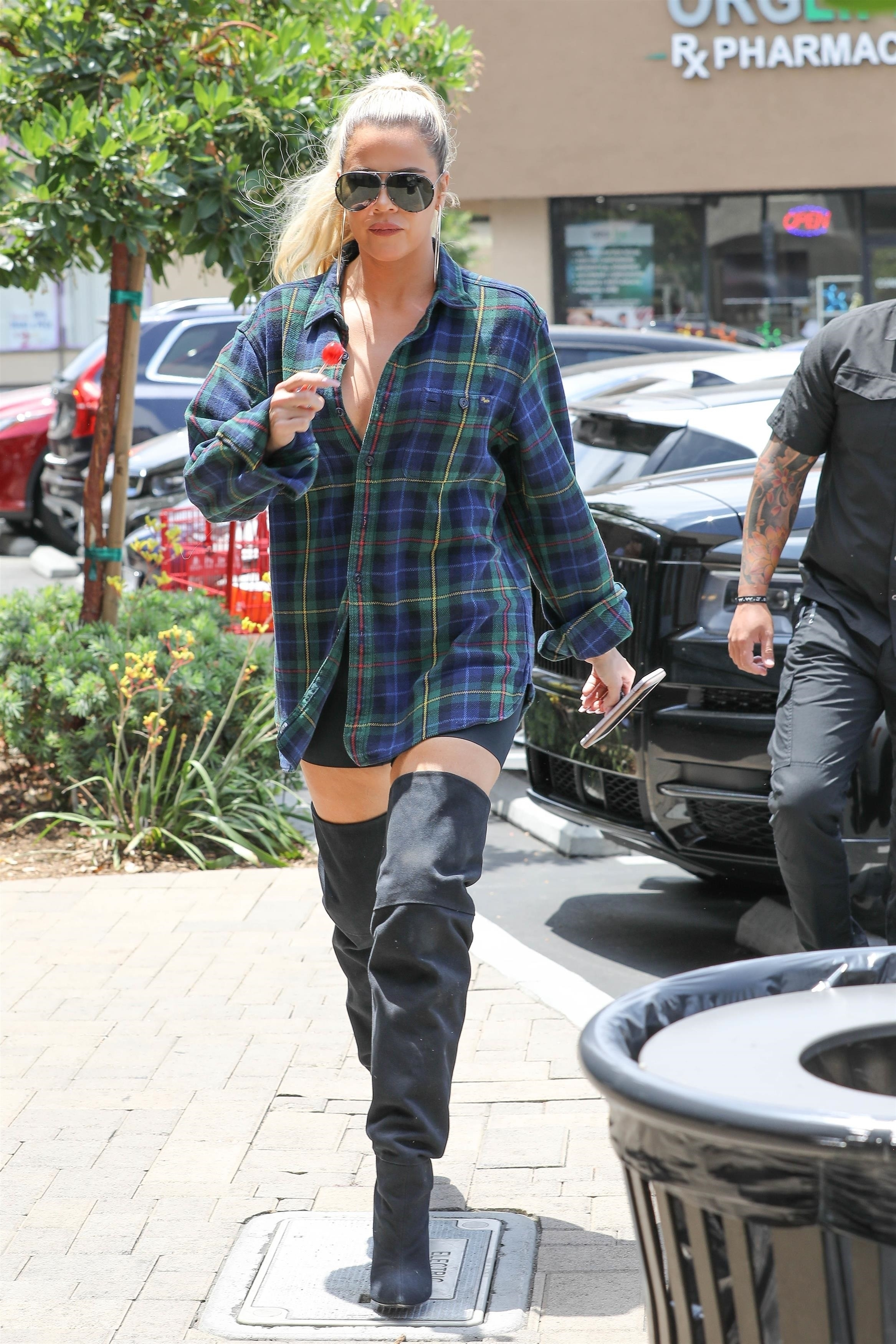Khloe Kardashian, look, studio city, shorts, streetstyle