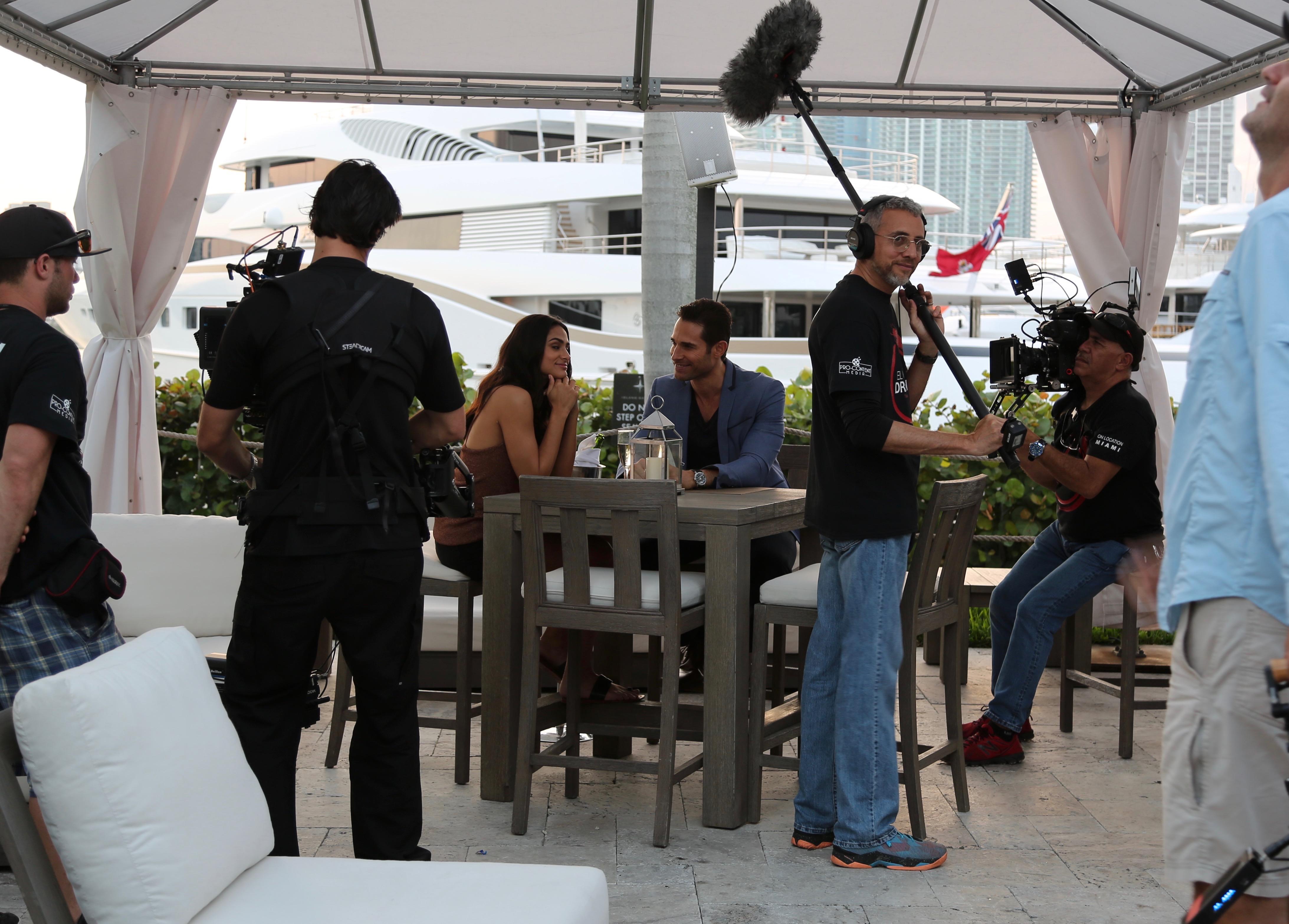 Sebastián Rulli grabando con Renata Notni un capítulo de la teleserie El último dragón