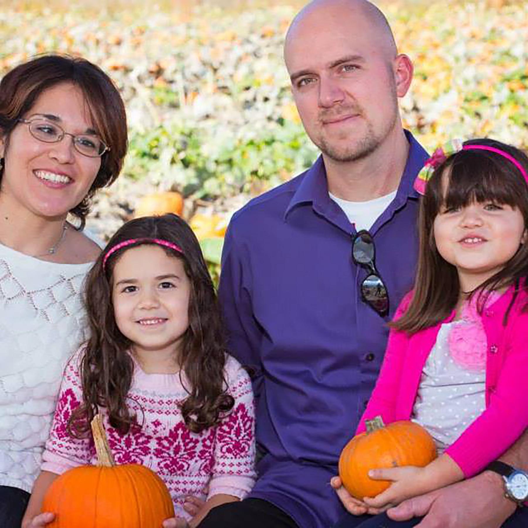 Clara y Jacob Forman con hijas
