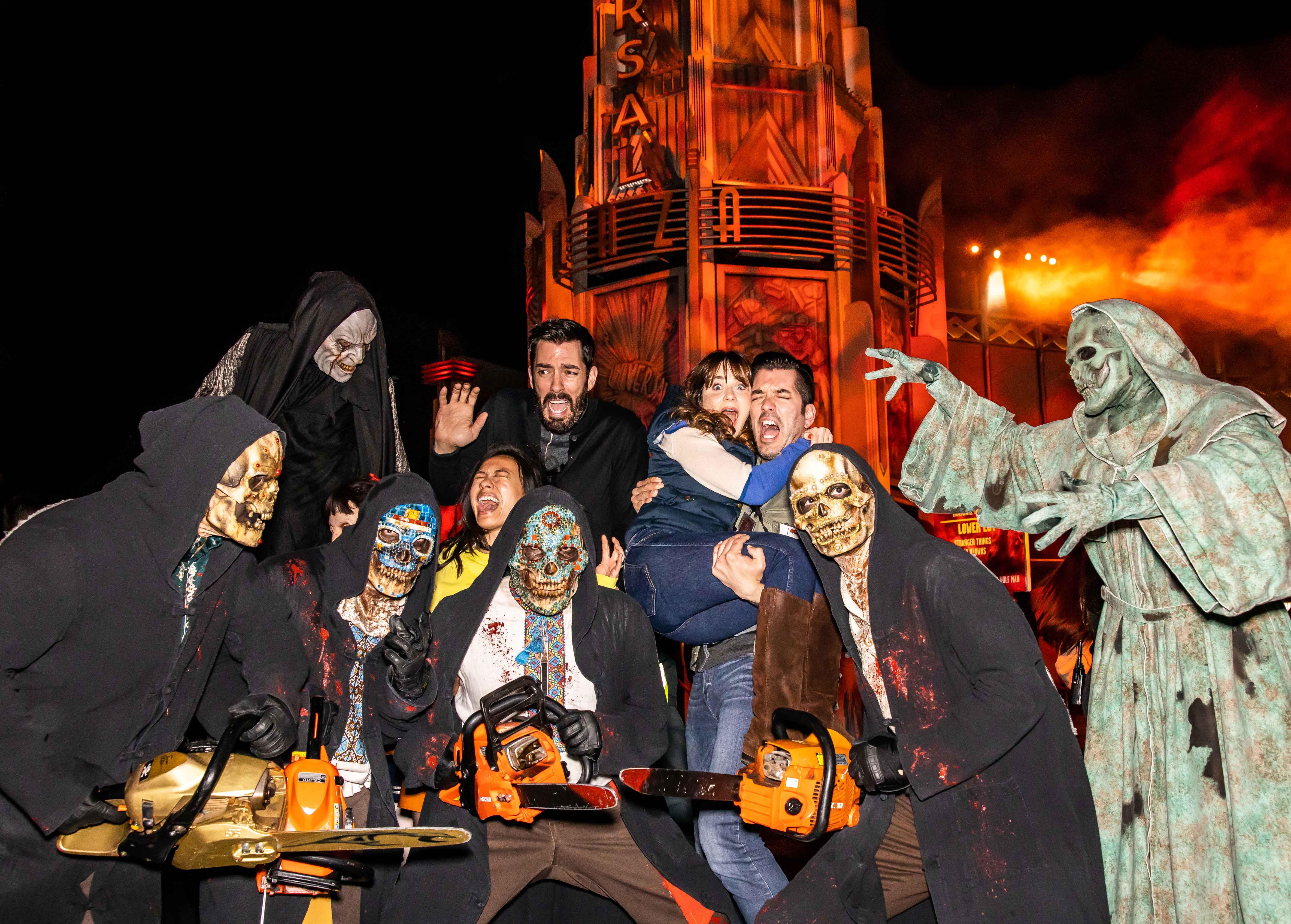 Drew Scott, Linda Phan, Zooey Deschanel y Jonathan Scott Halloween Horror Nights de Universal Studios Hollywood
