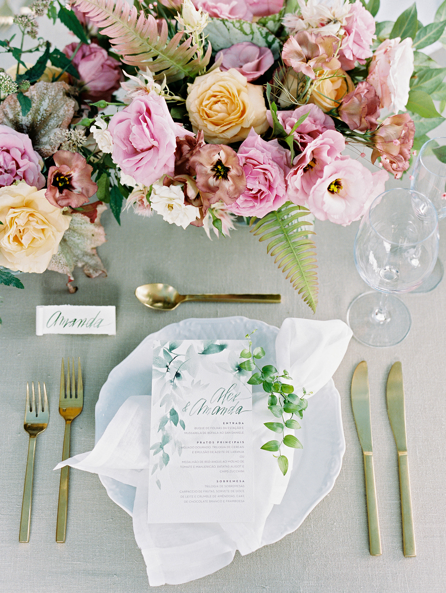 amanda alex wedding placesetting and centerpiece