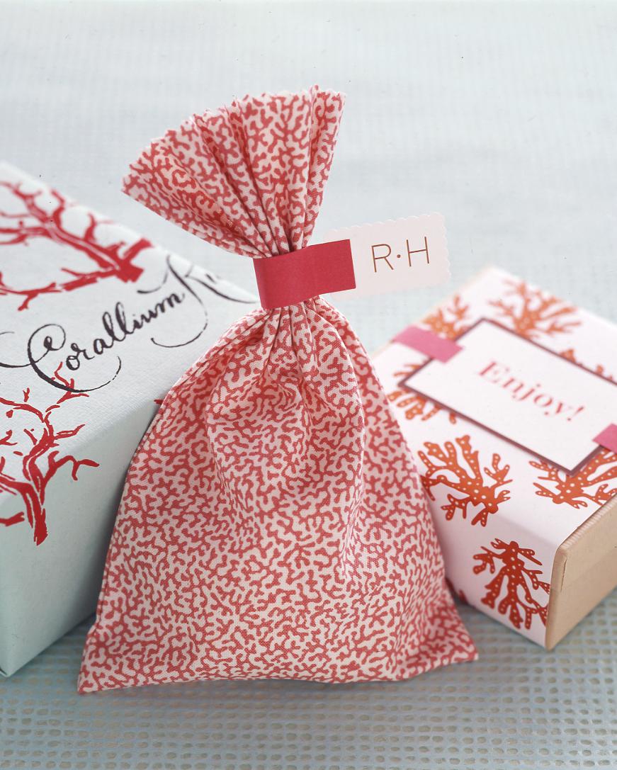 diy-beach-wedding-ideas-fabric-favor-pouch-su05-0615.jpg