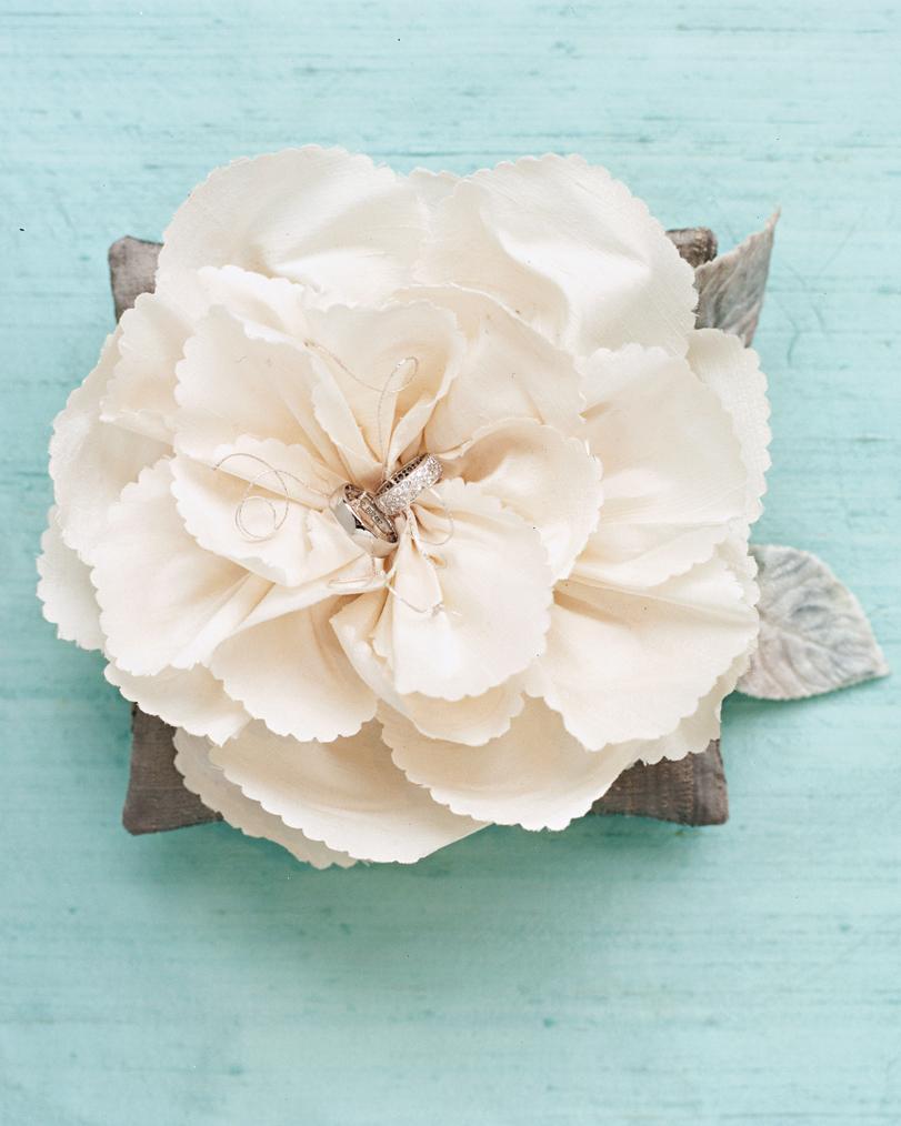 diy-ring-pillows-mwa103587-white-flower-0515.jpg