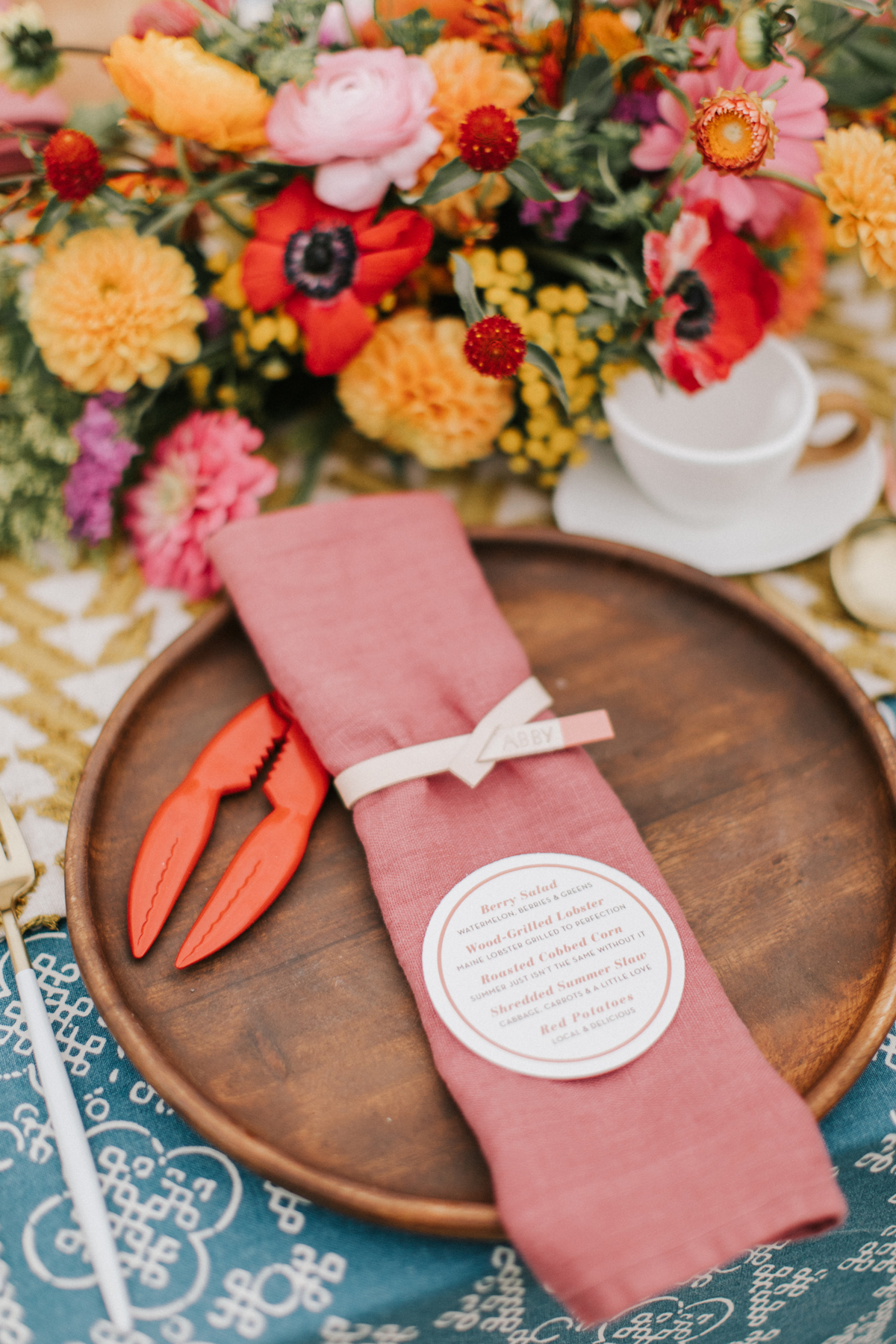 beach wedding ideas place setting with lobster claw shell cracker
