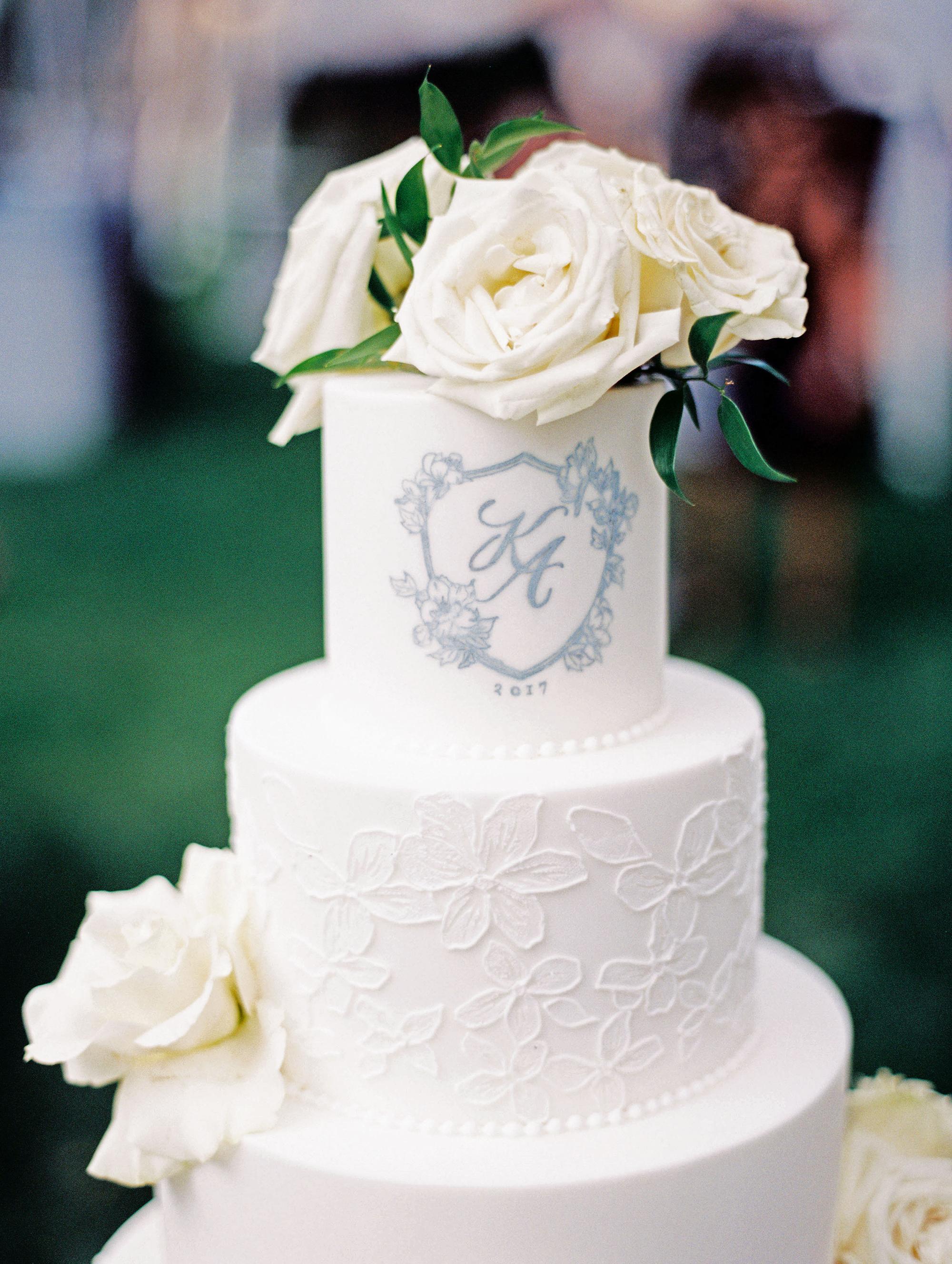 monogram wedding cake olivia leigh photographie three tarts bakery