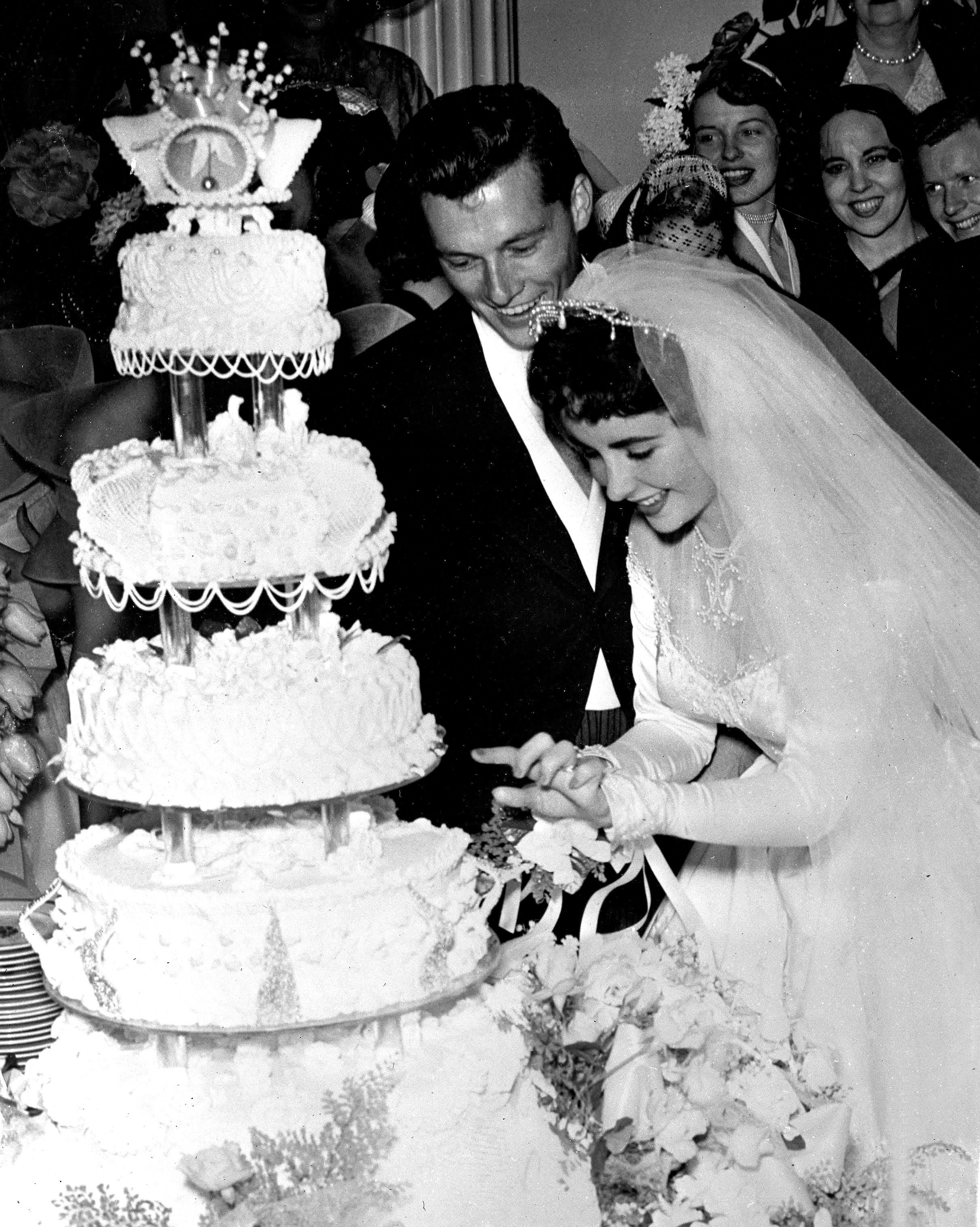 celebrity-vintage-wedding-cakes-liz-taylor-79666956-1015.jpg