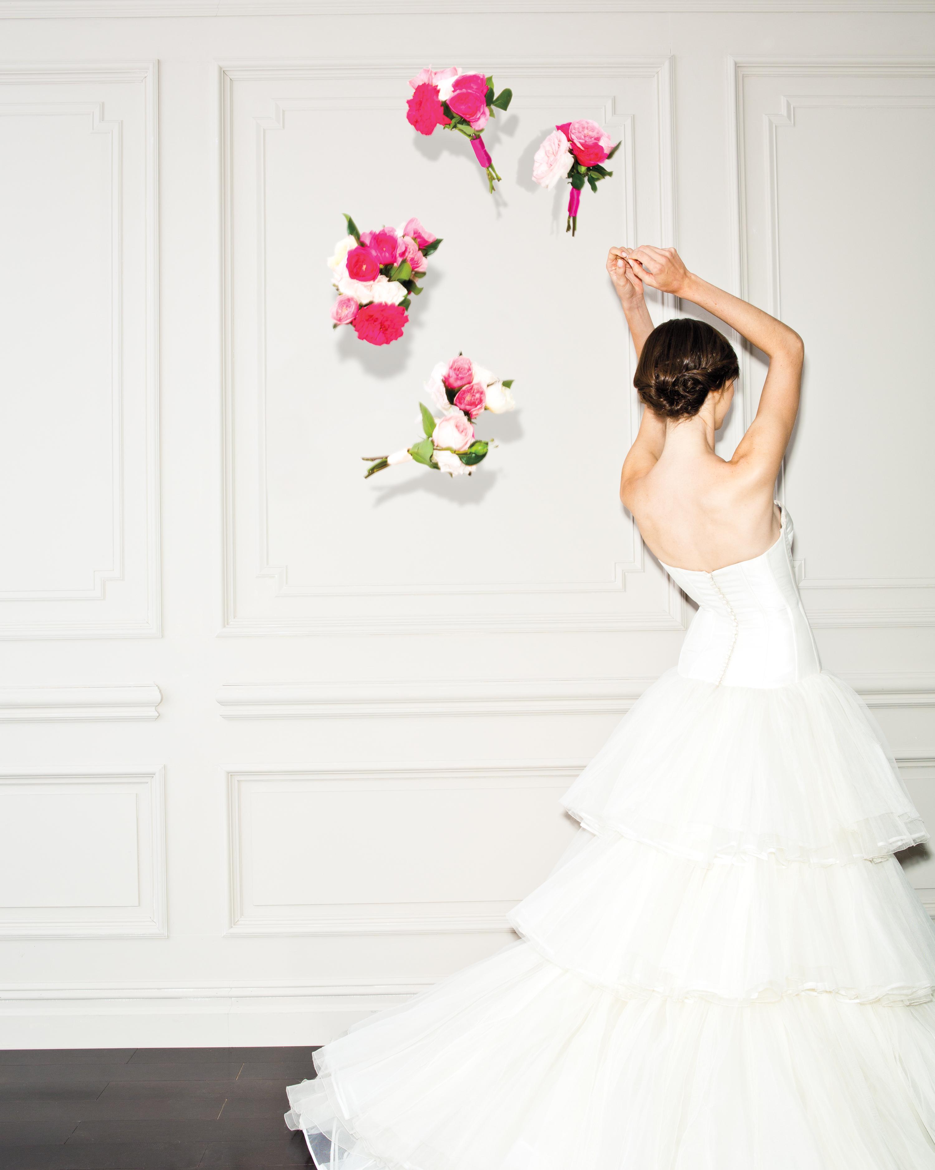 bouquet-toss-pink-bride-0031-d111518.jpg