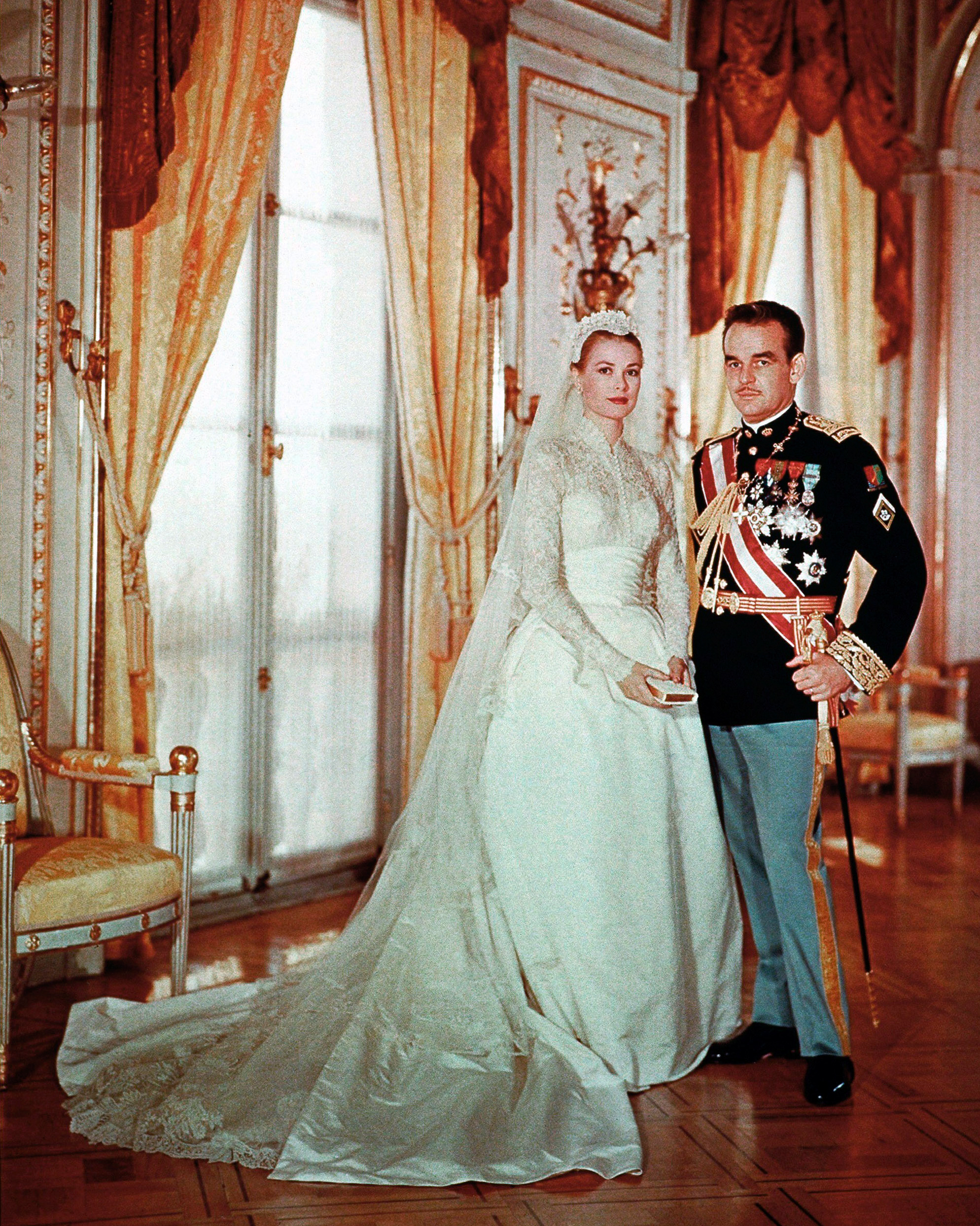 royal-wedding-dress-grace-kelly-monaco-117078422-1115.jpg