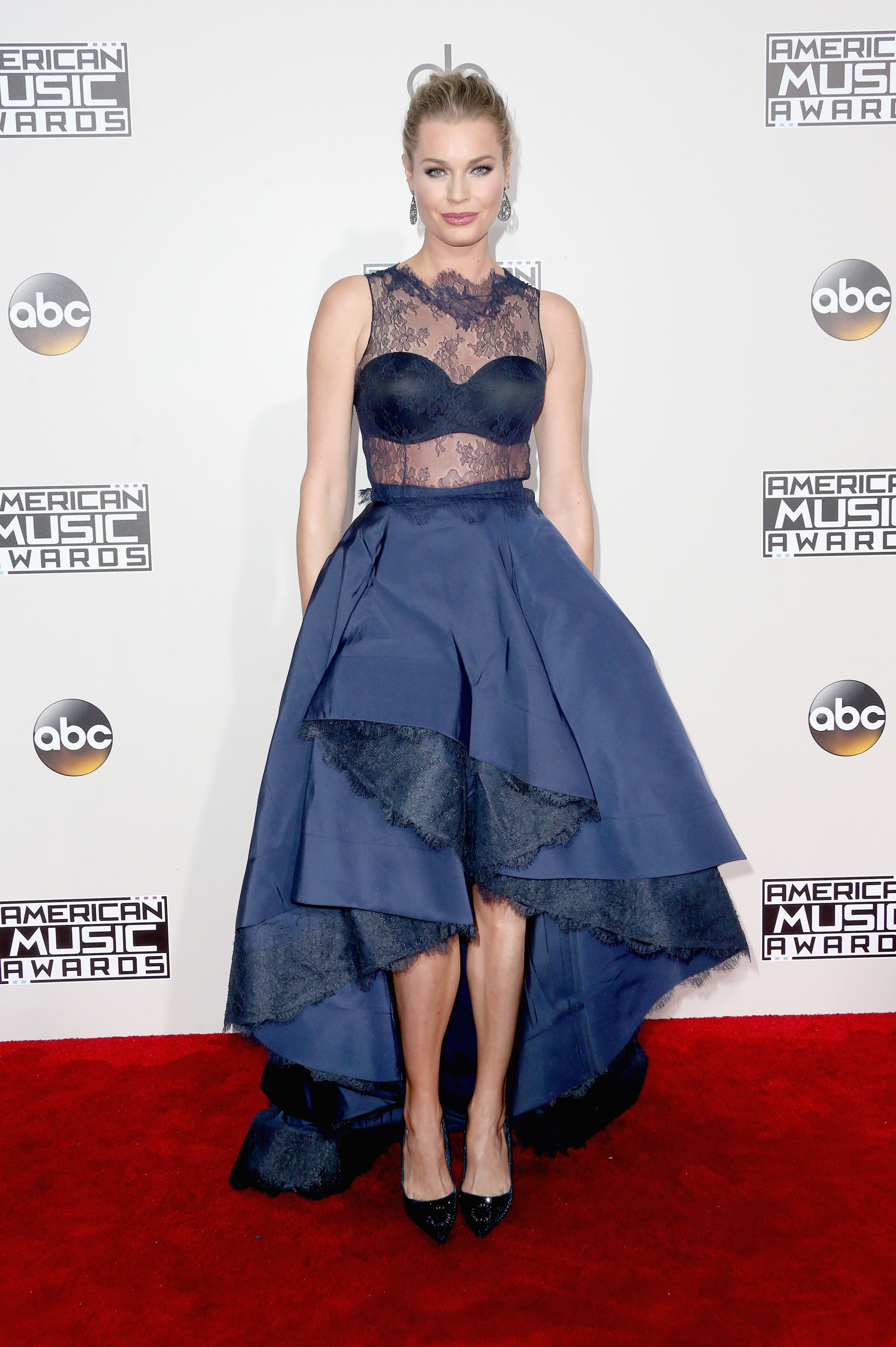 Rebecca Romijn on the 2016 AMA red carpet