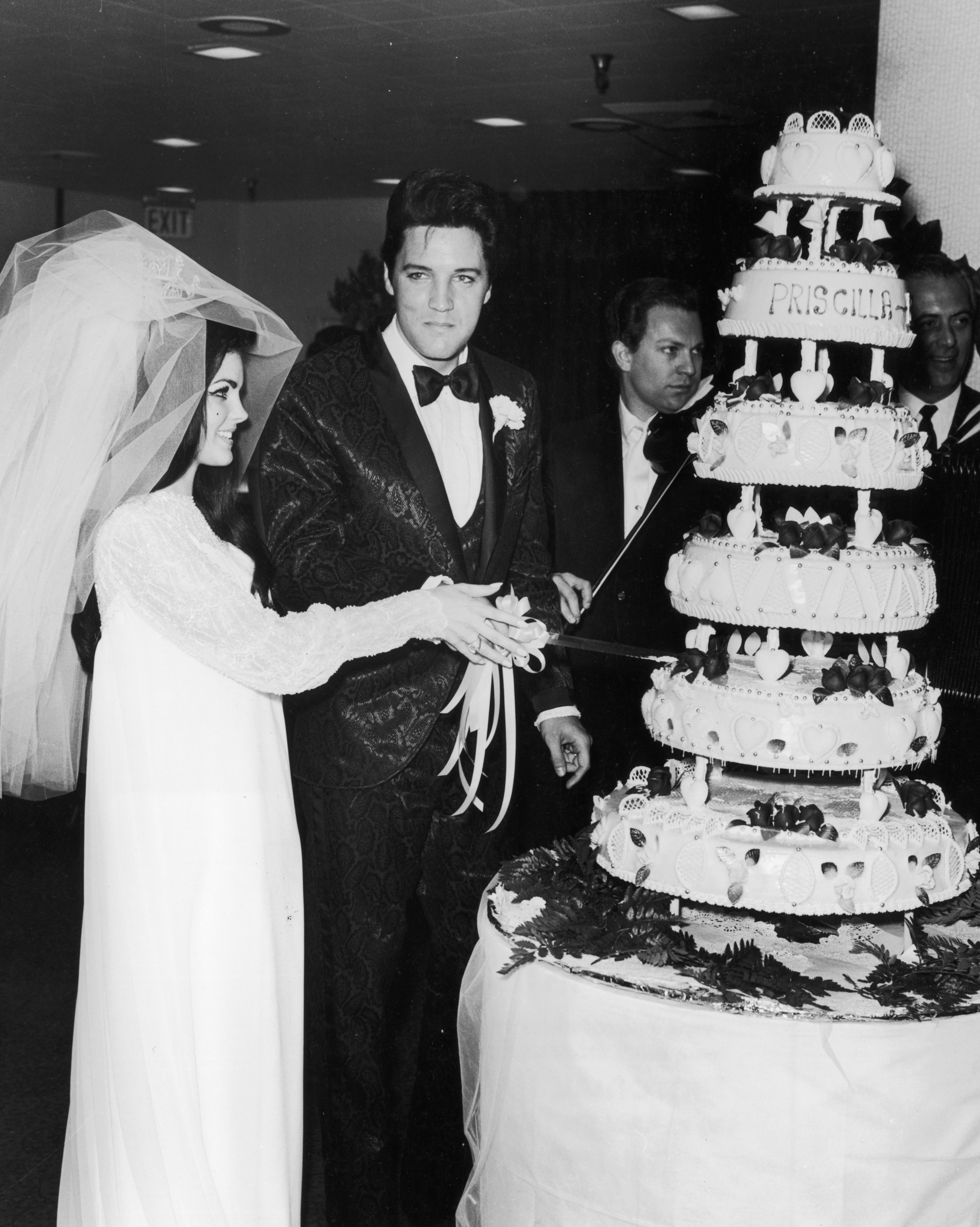 celebrity-vintage-wedding-cakes-elvis-presley-3201381-1015.jpg
