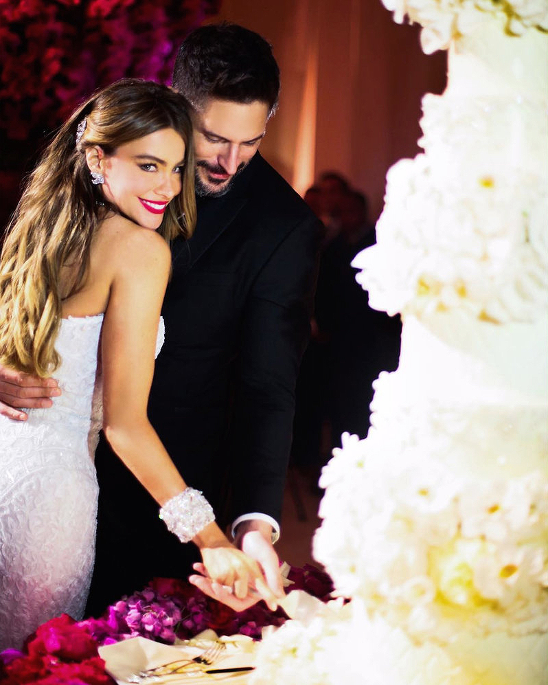 sofia-vergara-joe-manganiello-cutting-wedding-cake-0716.jpg