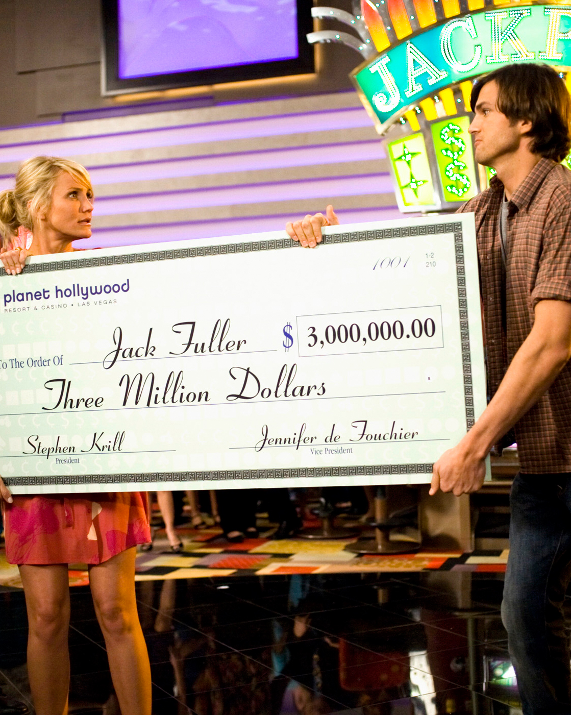couple-money-tips-what-happens-in-vegas-cameron-diaz-ashton-kutcher-fight-over-jackpot-check-1015.jpg