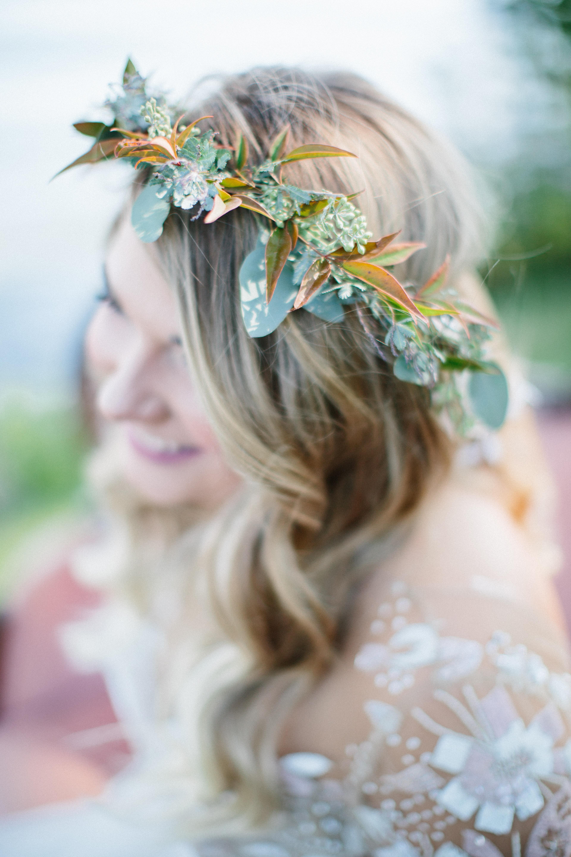 Green leaf head piece on bride