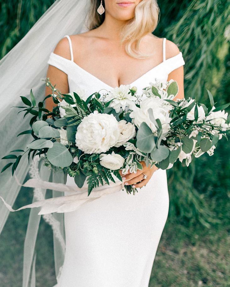 maggie zach wedding bride with bouquet