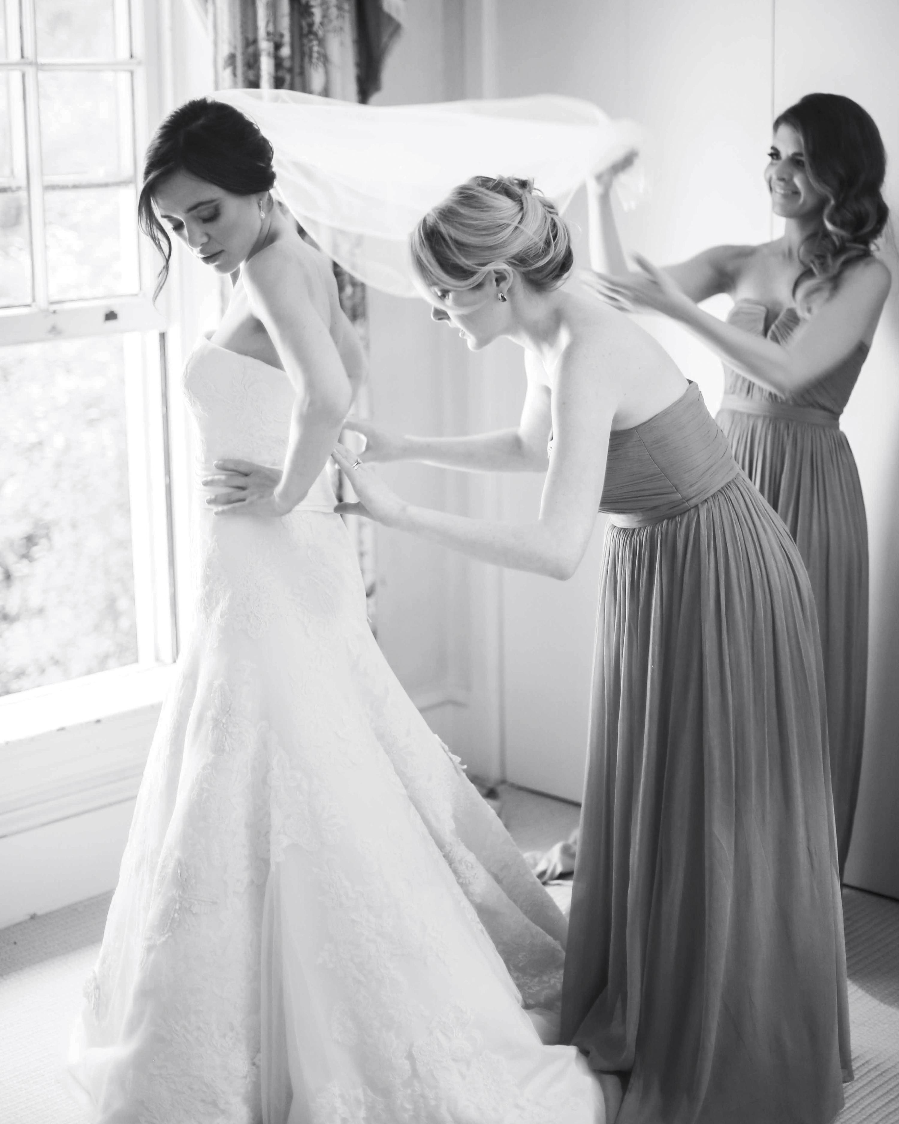 bride-bridesmaids-getting-ready-bw-0264eg5u9302-2902119575-o-mwds110788.jpg