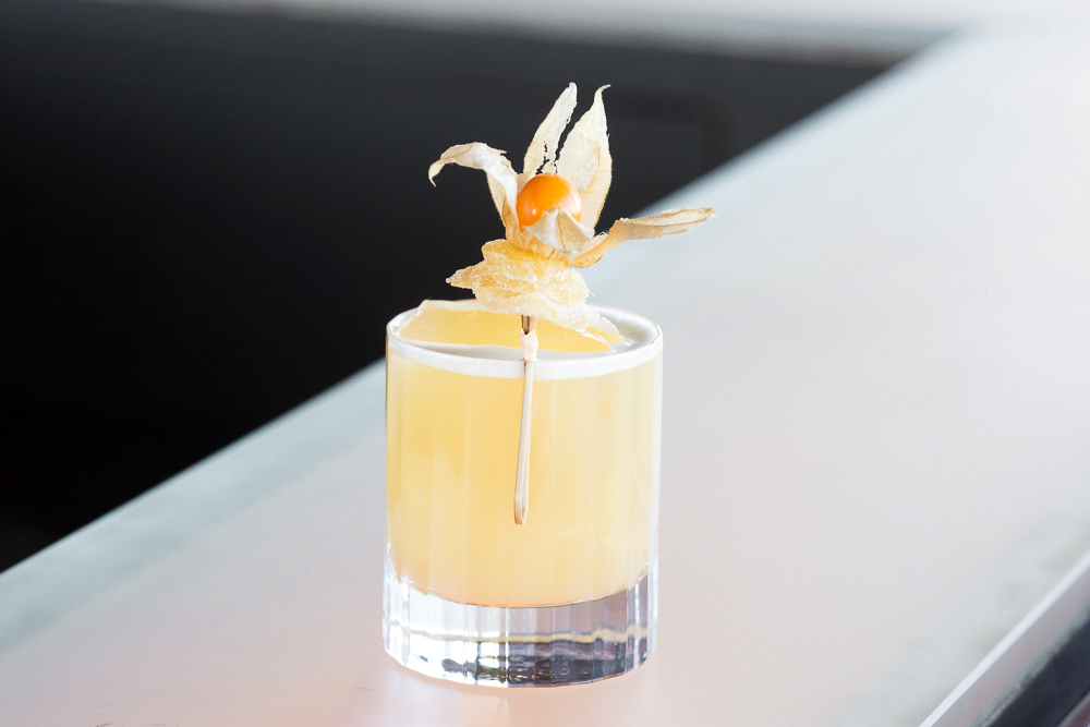 cocktails spiced penicllin yellow drink glass tumbler ganish
