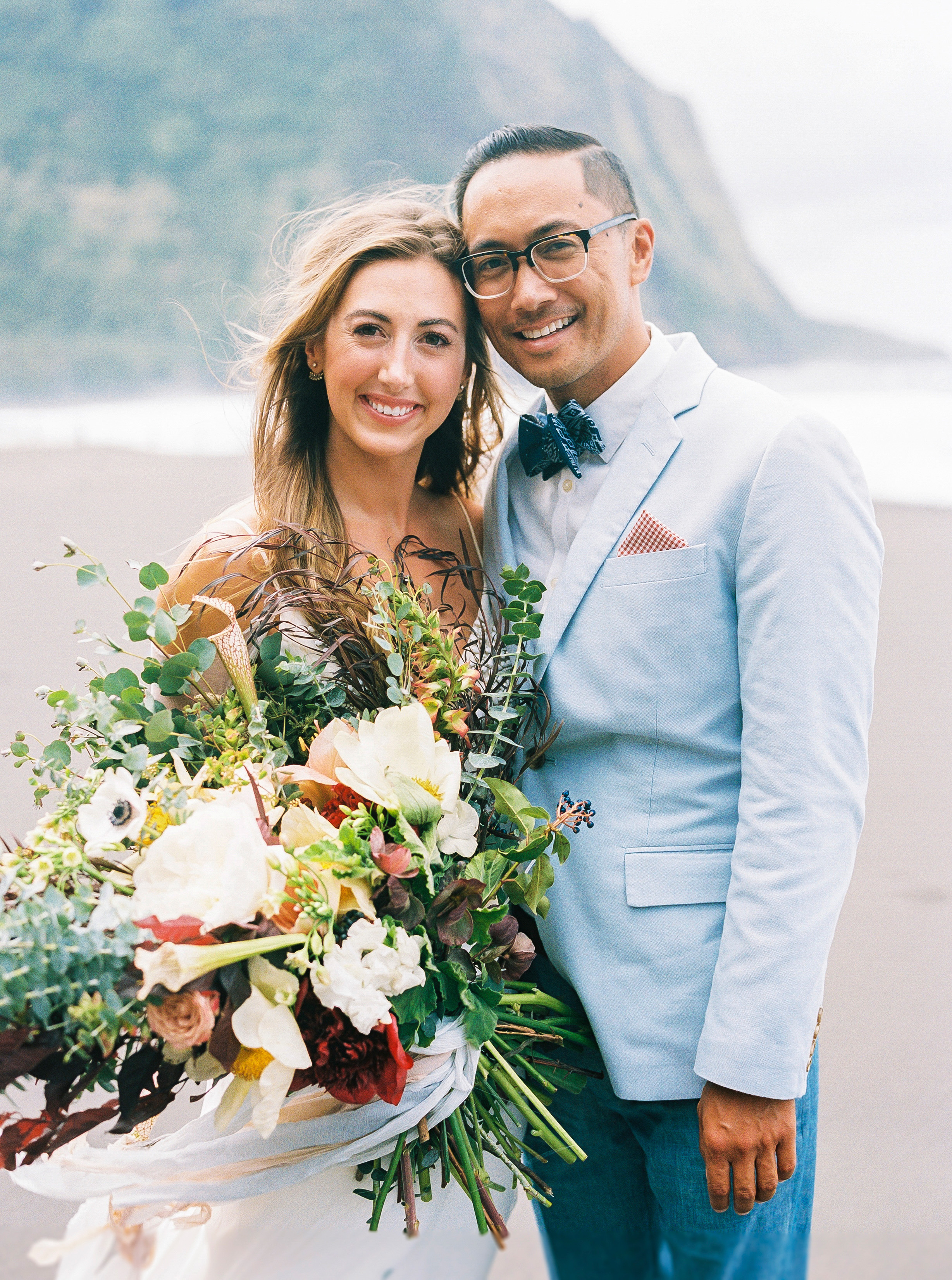 rebecca eryck wedding hawaii couple posing bouquet