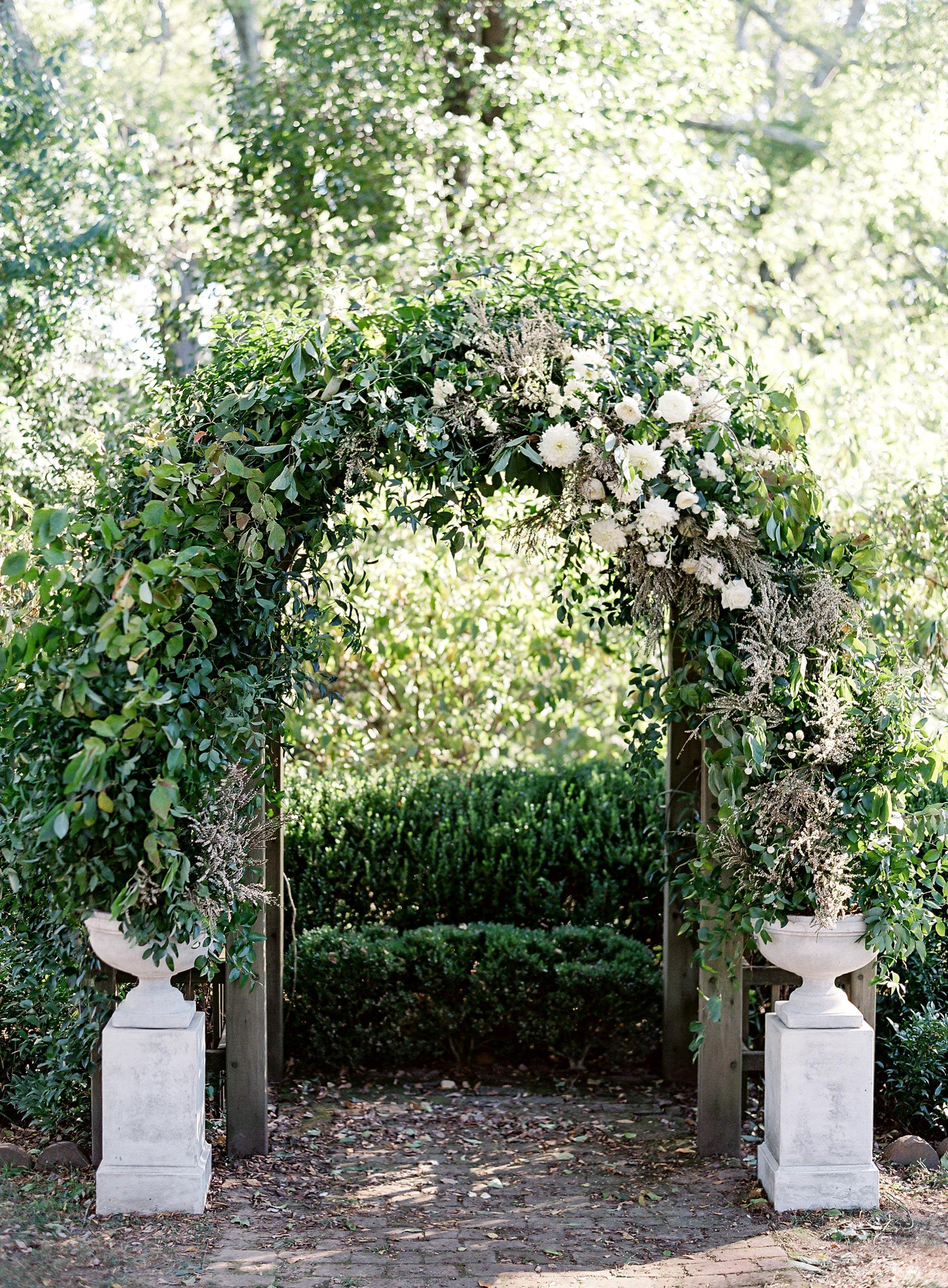 linda robert wedding ceremony arch