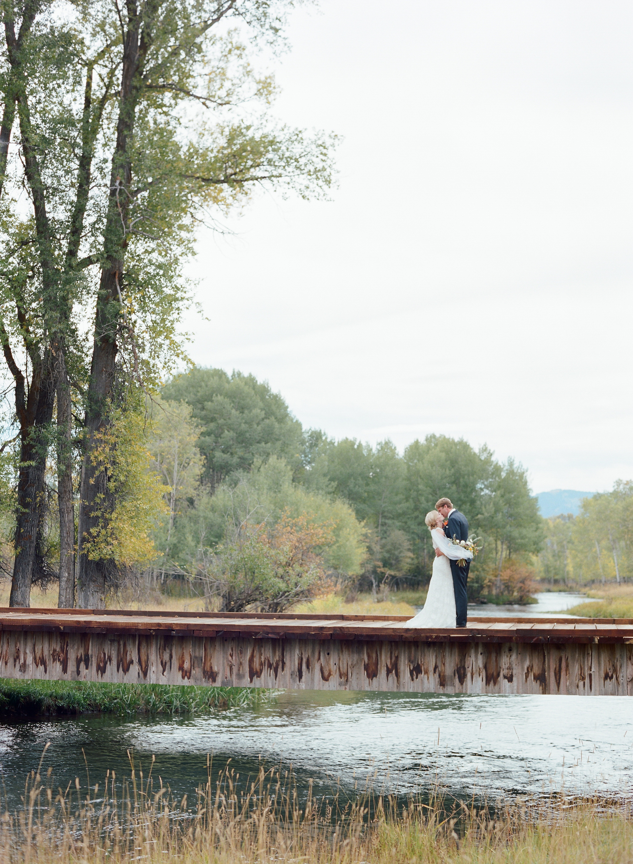 Planning an Outdoor Wedding Between Seasons? Read This Guide First
