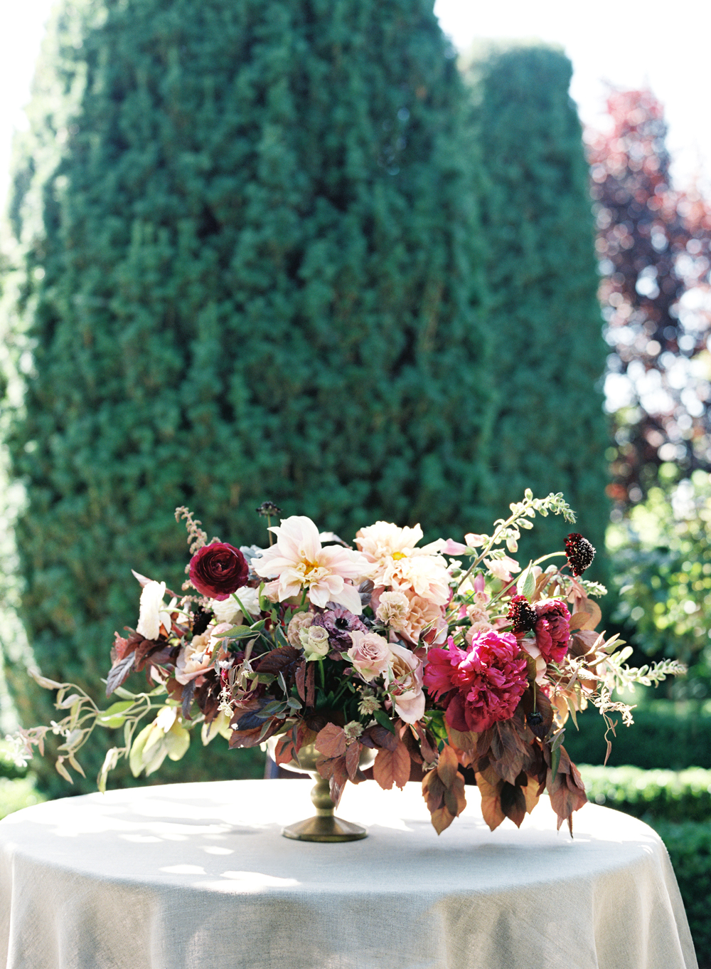 compote centerpieces deep red bouquet on round white table