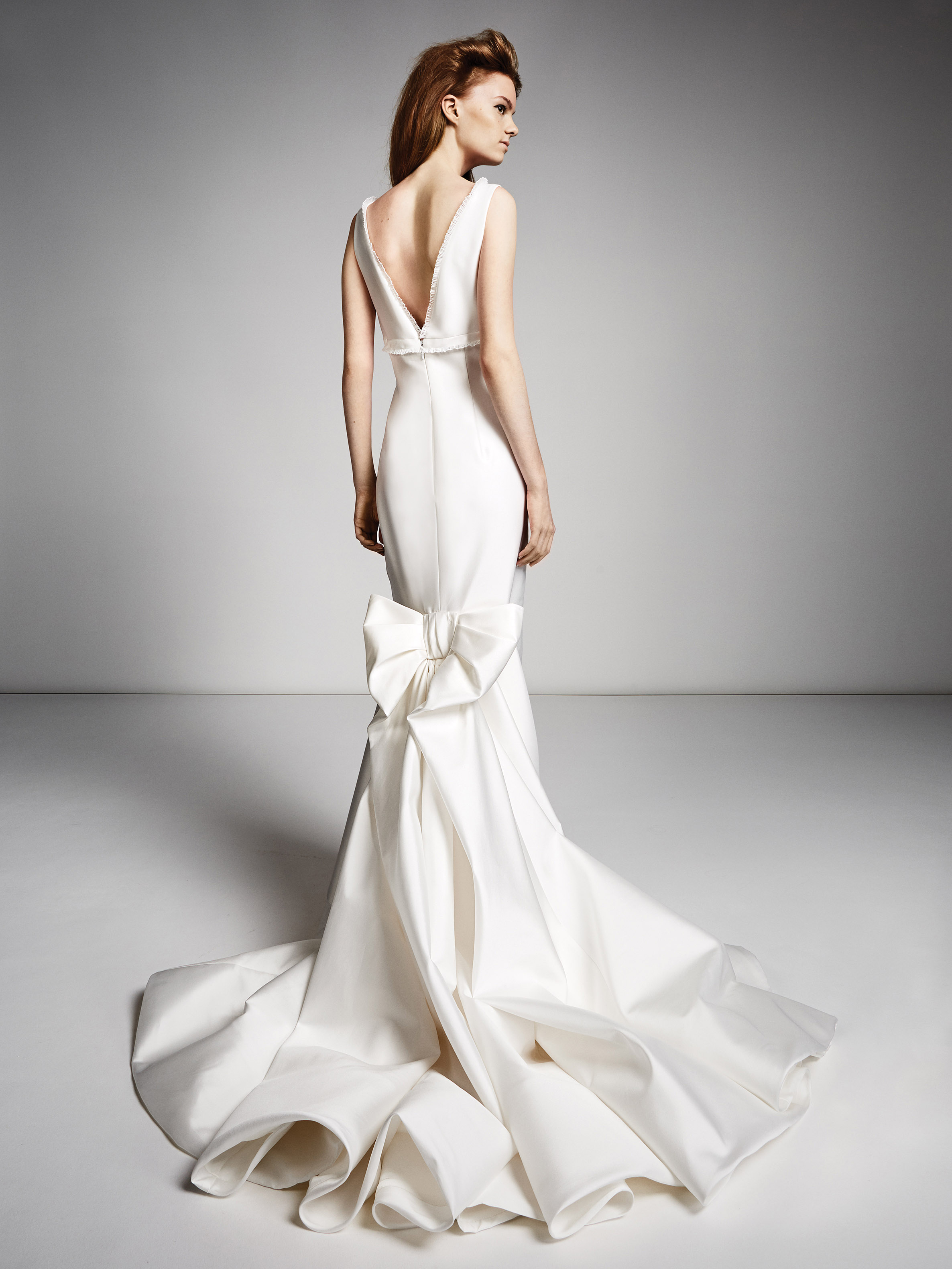viktor rolf marriage fall 2019 sleeveless trumpet with large bow in the back