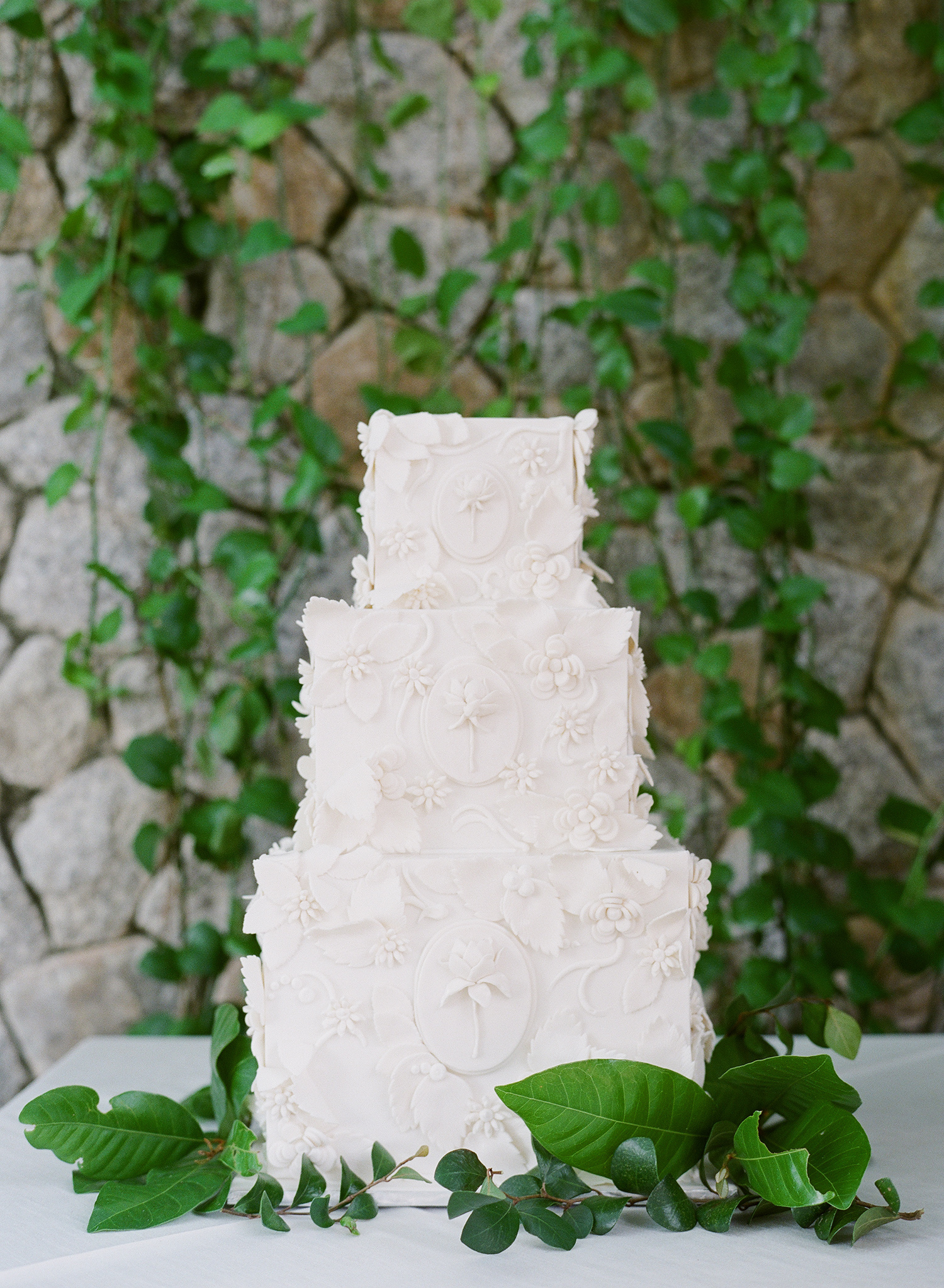 stacy brad wedding thailand white cake