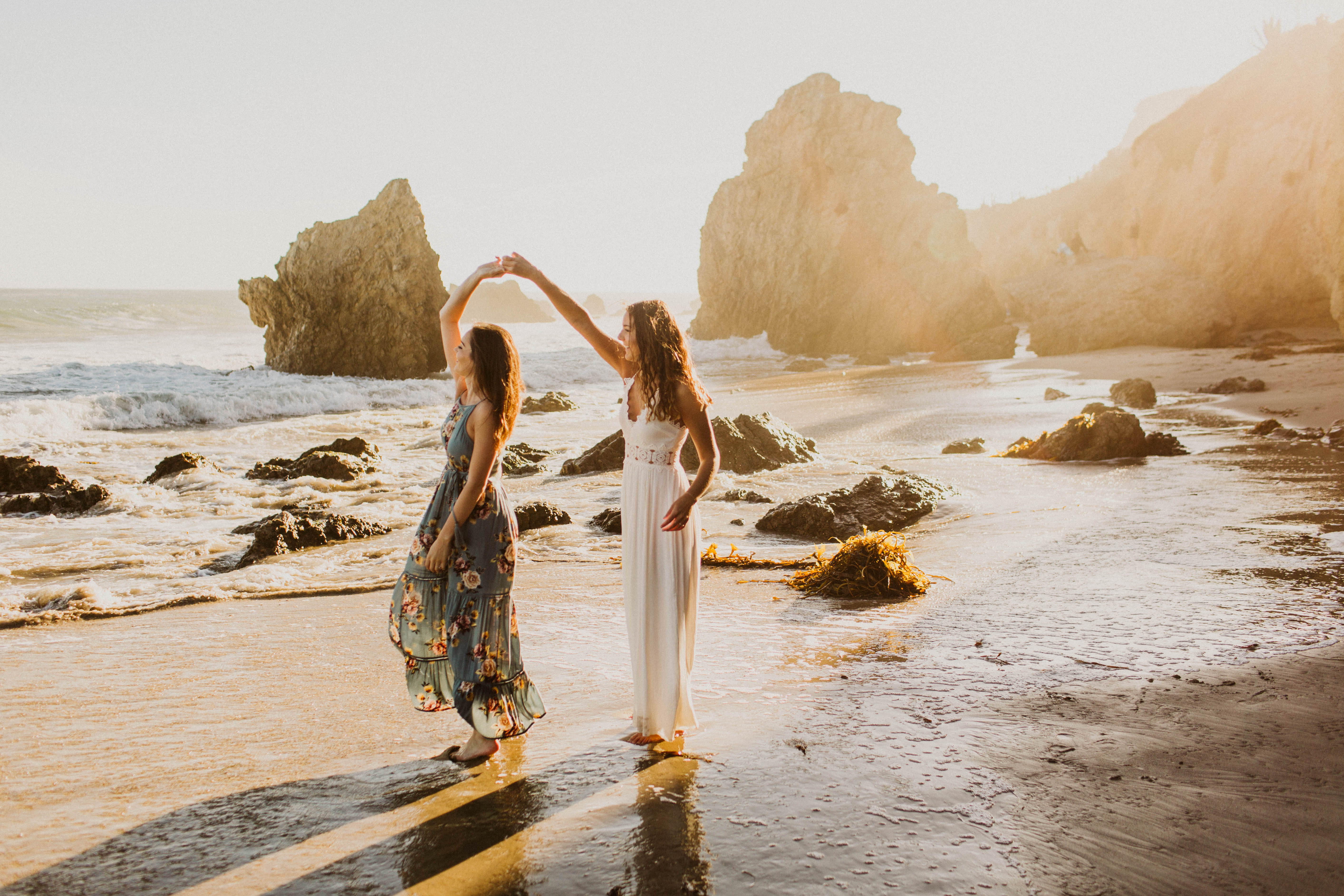 20 Summer Engagement Photo Ideas That Highlight the Season