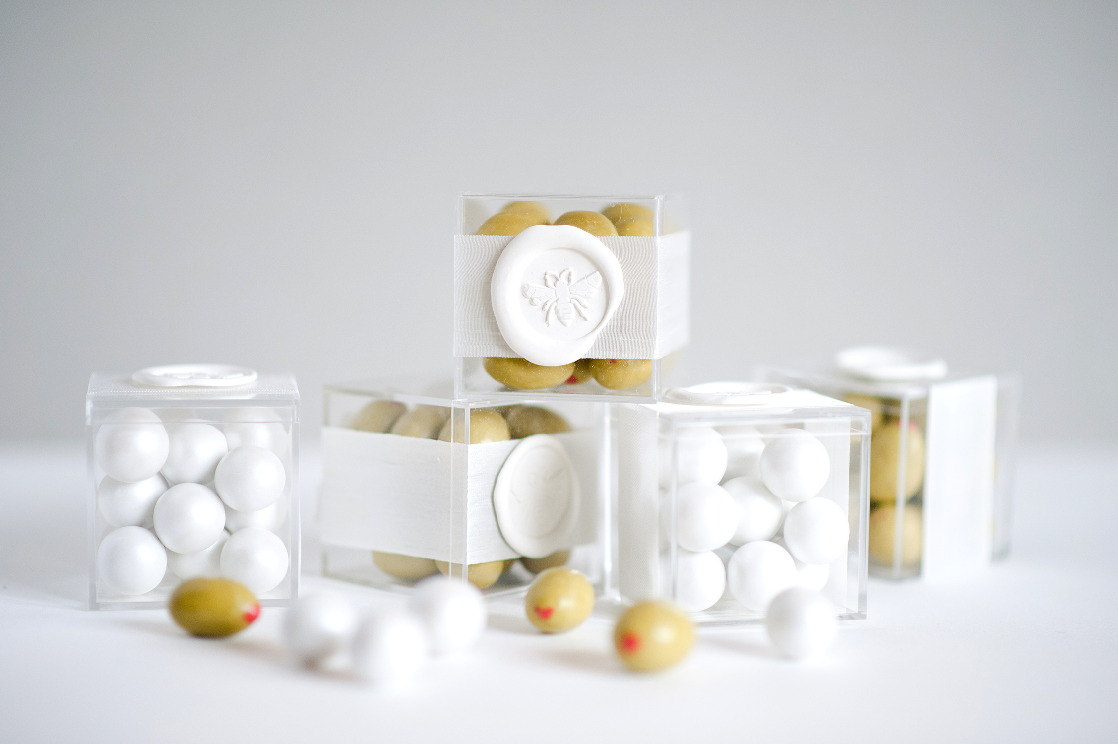 bee wedding ideas cake favors in clear boxes