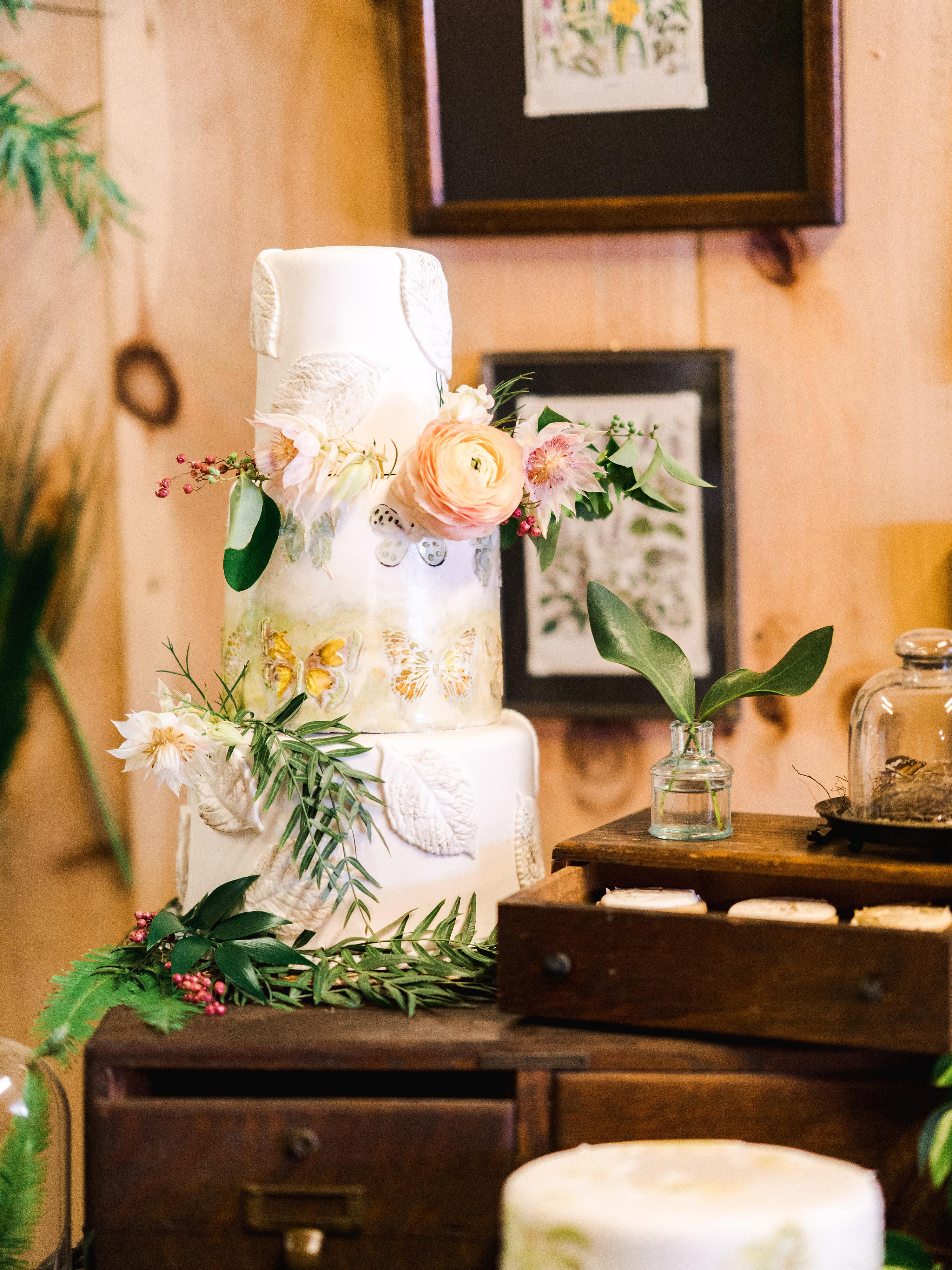 dayane collin wedding cake on wooden display