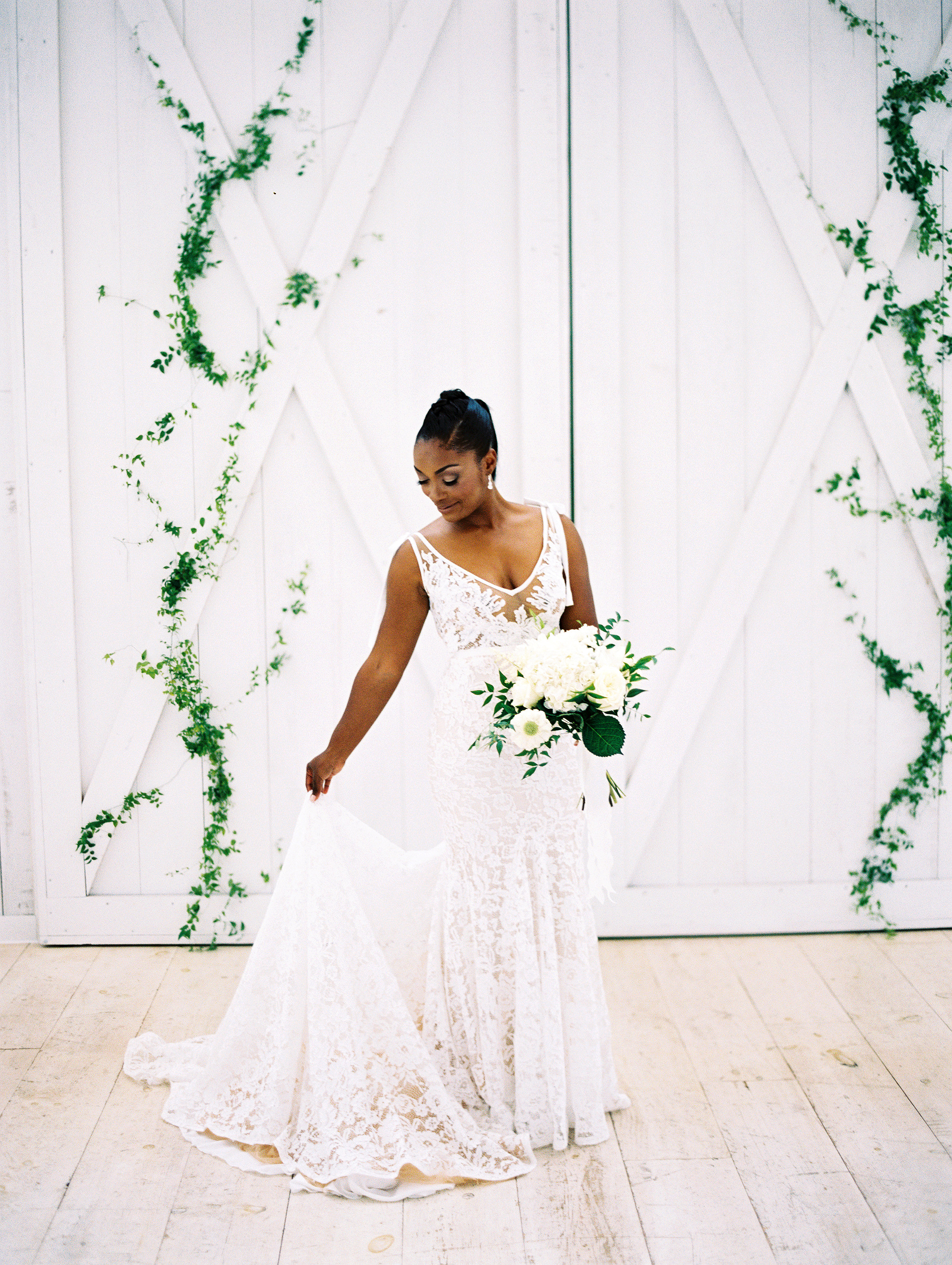 shakira travis wedding bride bouquet dress