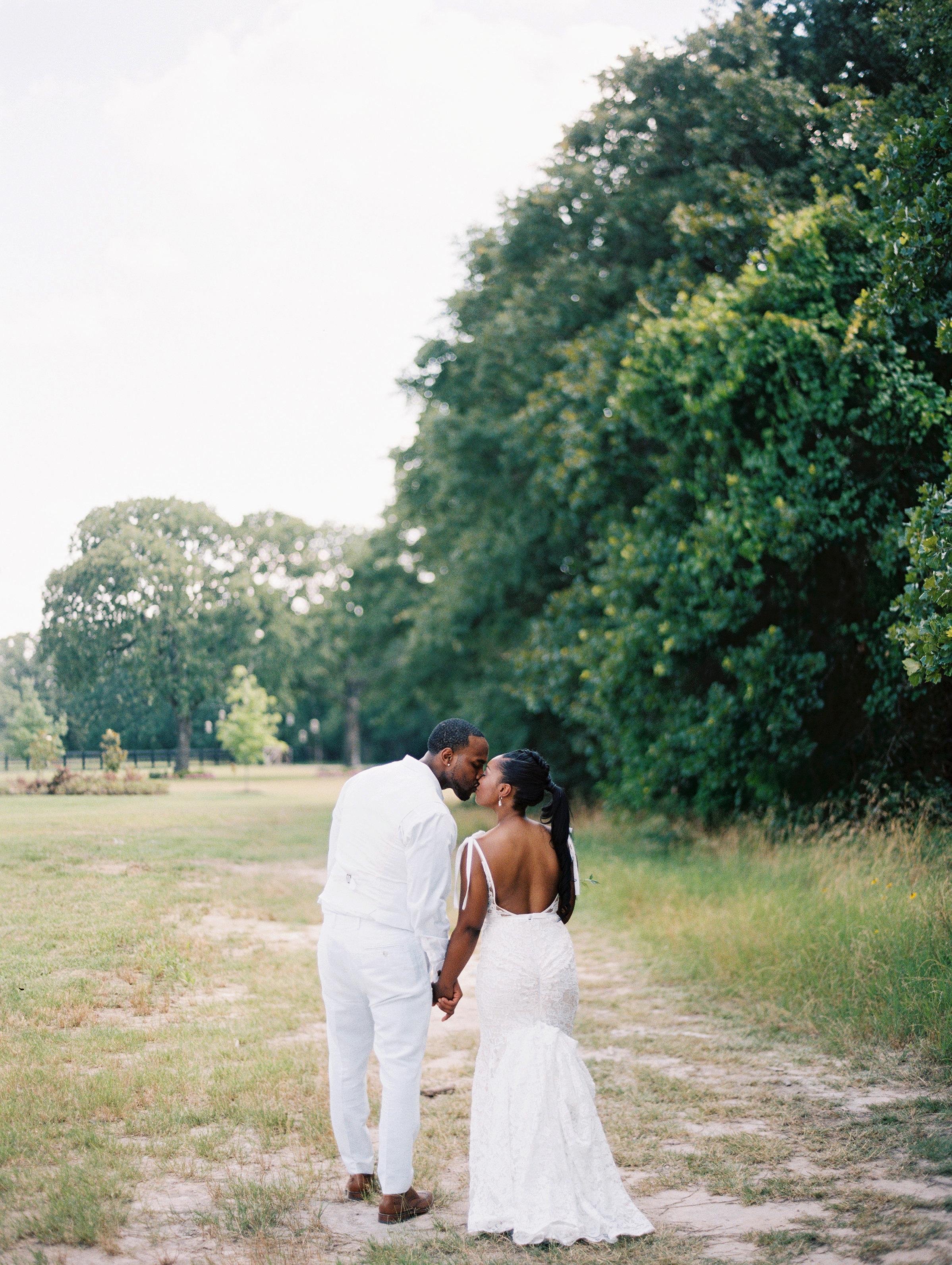shakira travis wedding couple kiss
