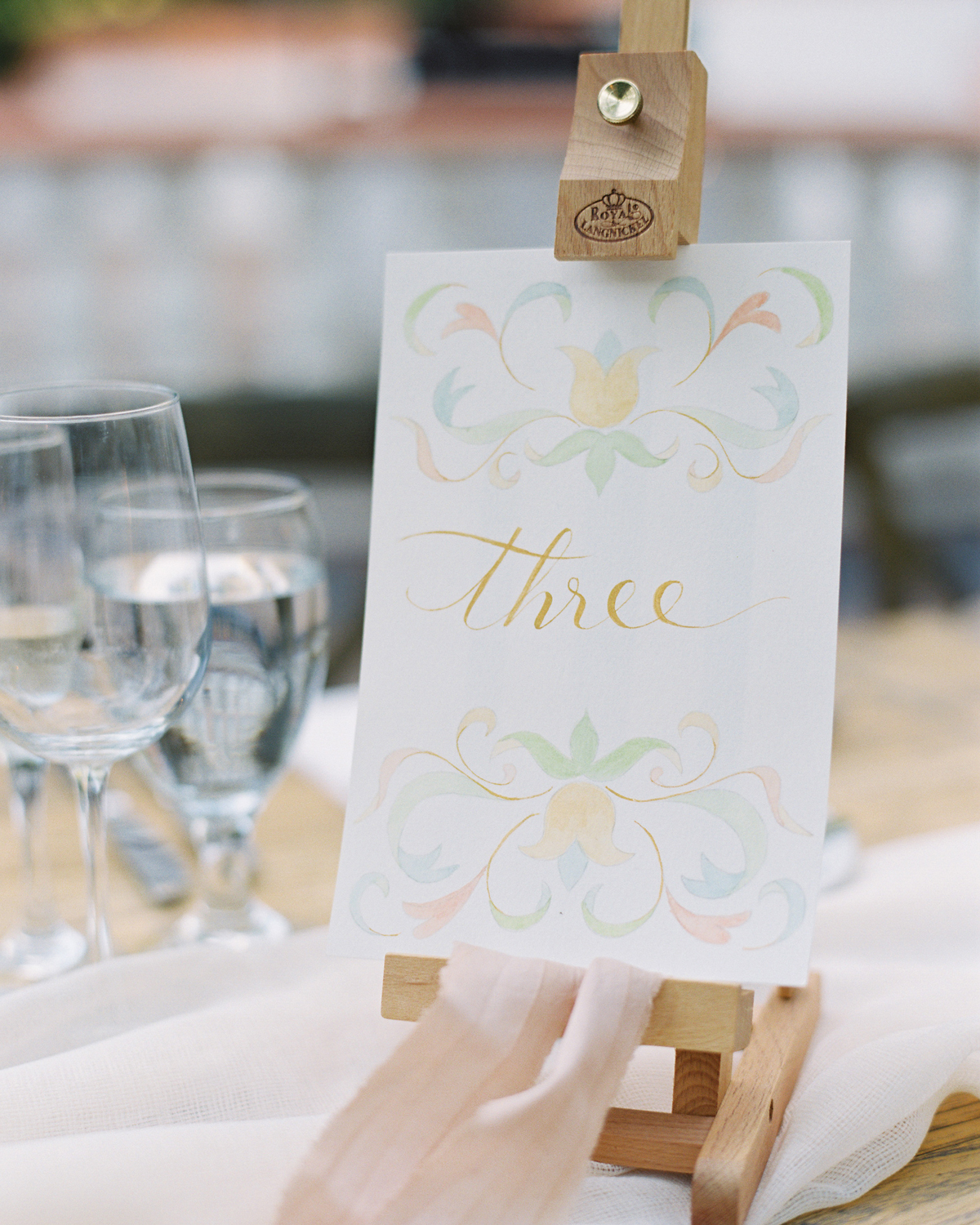 art-inspired wedding ideas easel table numbers