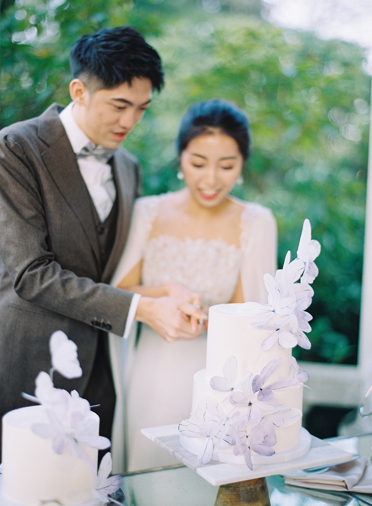 jackie ben couple cutting wedding cake