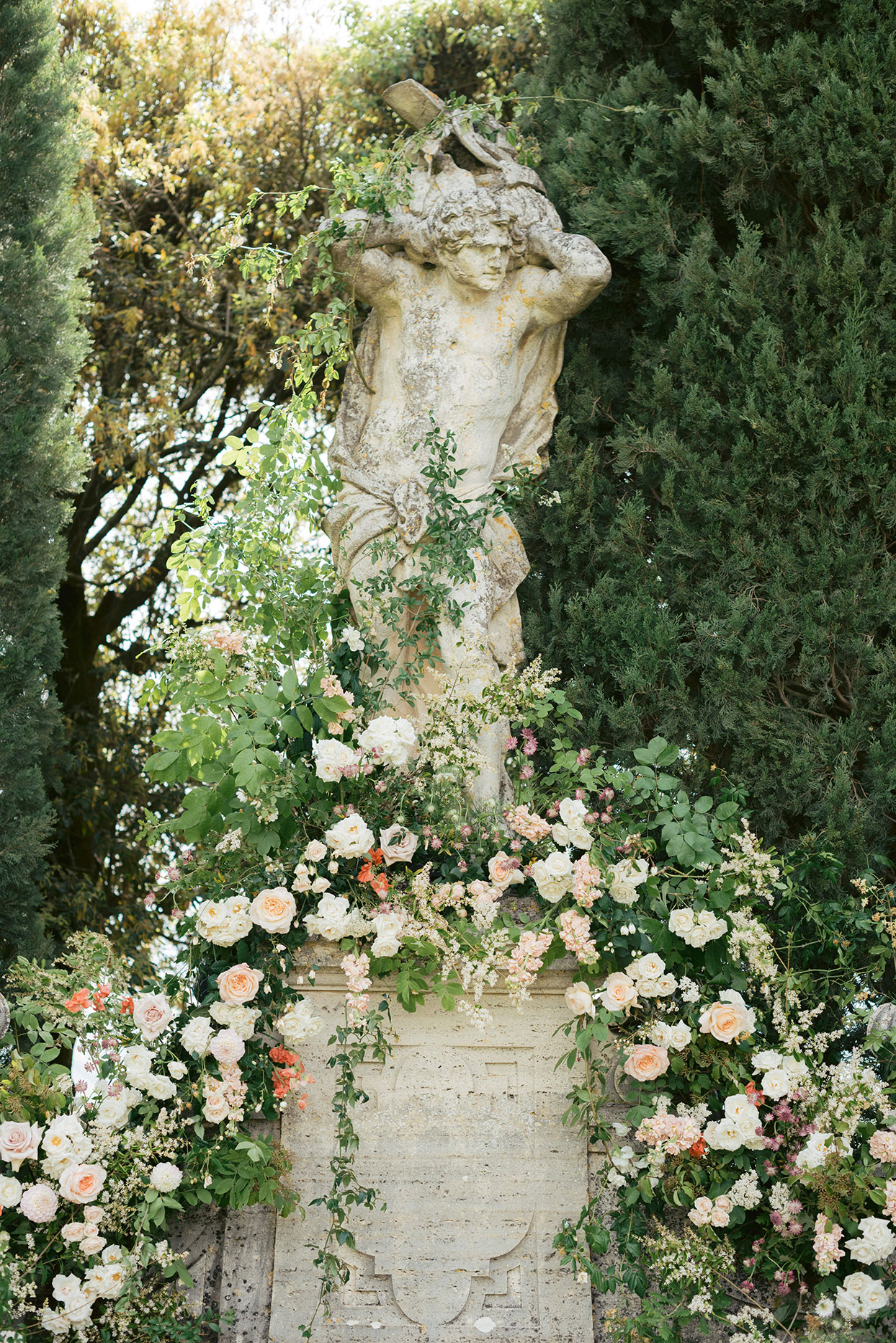 jennifer tobias wedding ceremony flowers on statue