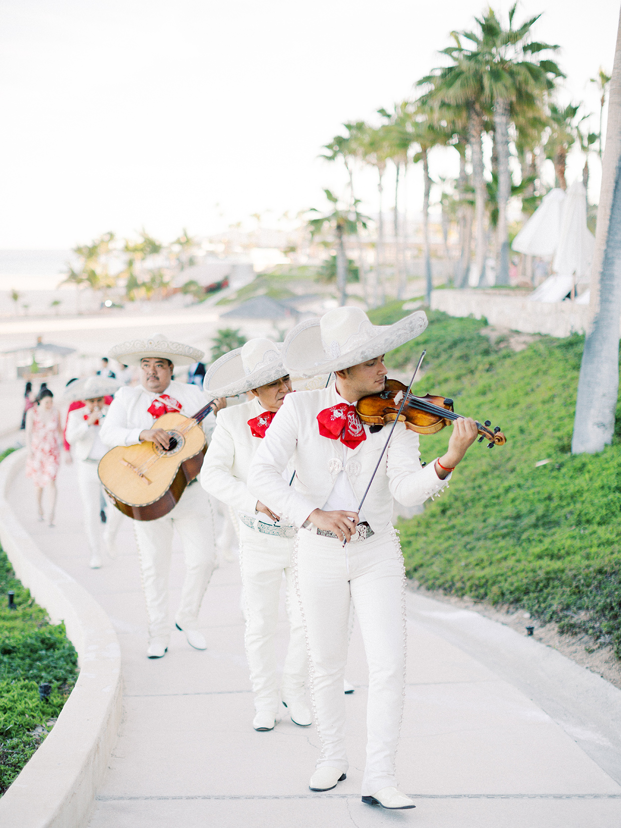 kirsten deran wedding mariachi band playing on walkway