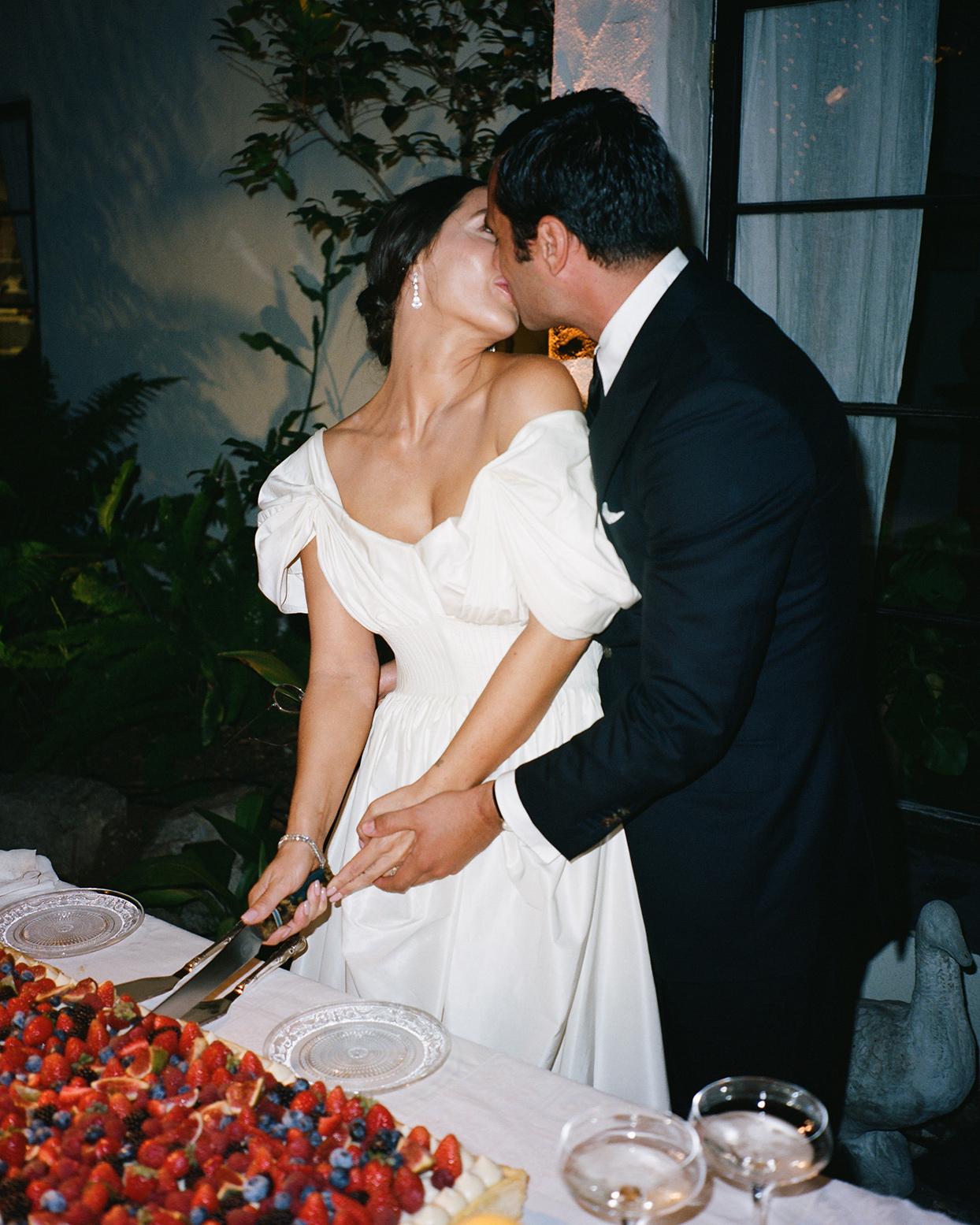 pia davide wedding cake cutting kiss