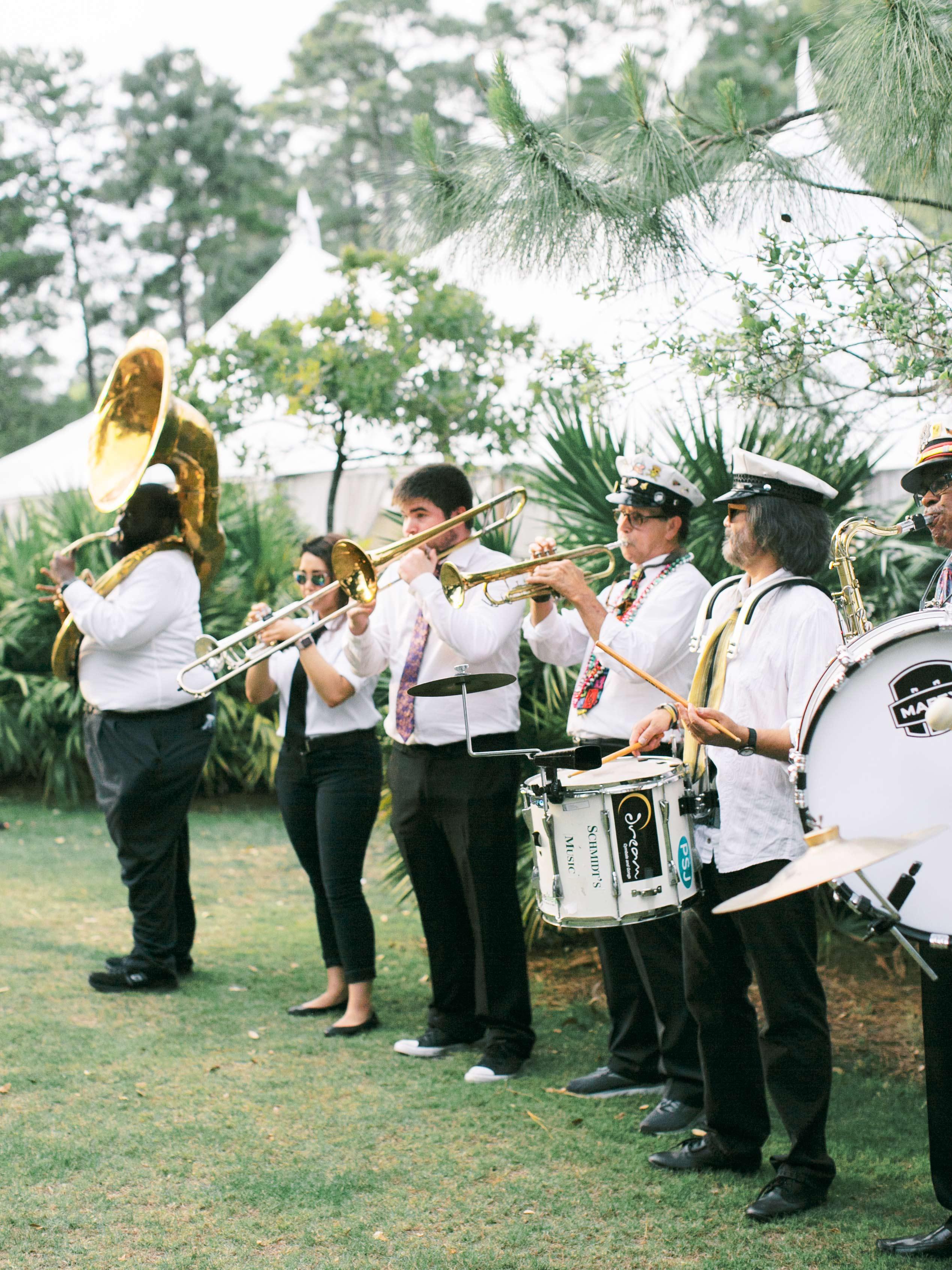 leighton craig wedding band playing on lawn