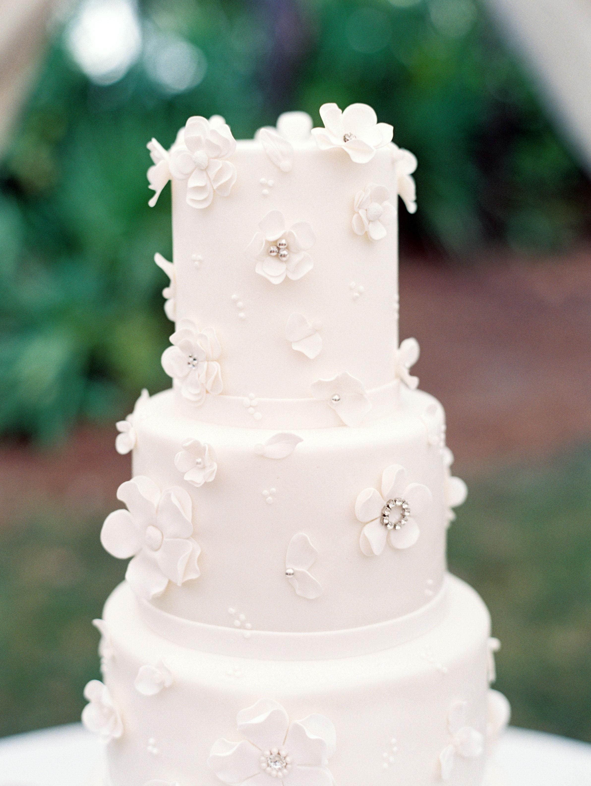 leighton craig wedding white cake with flowers