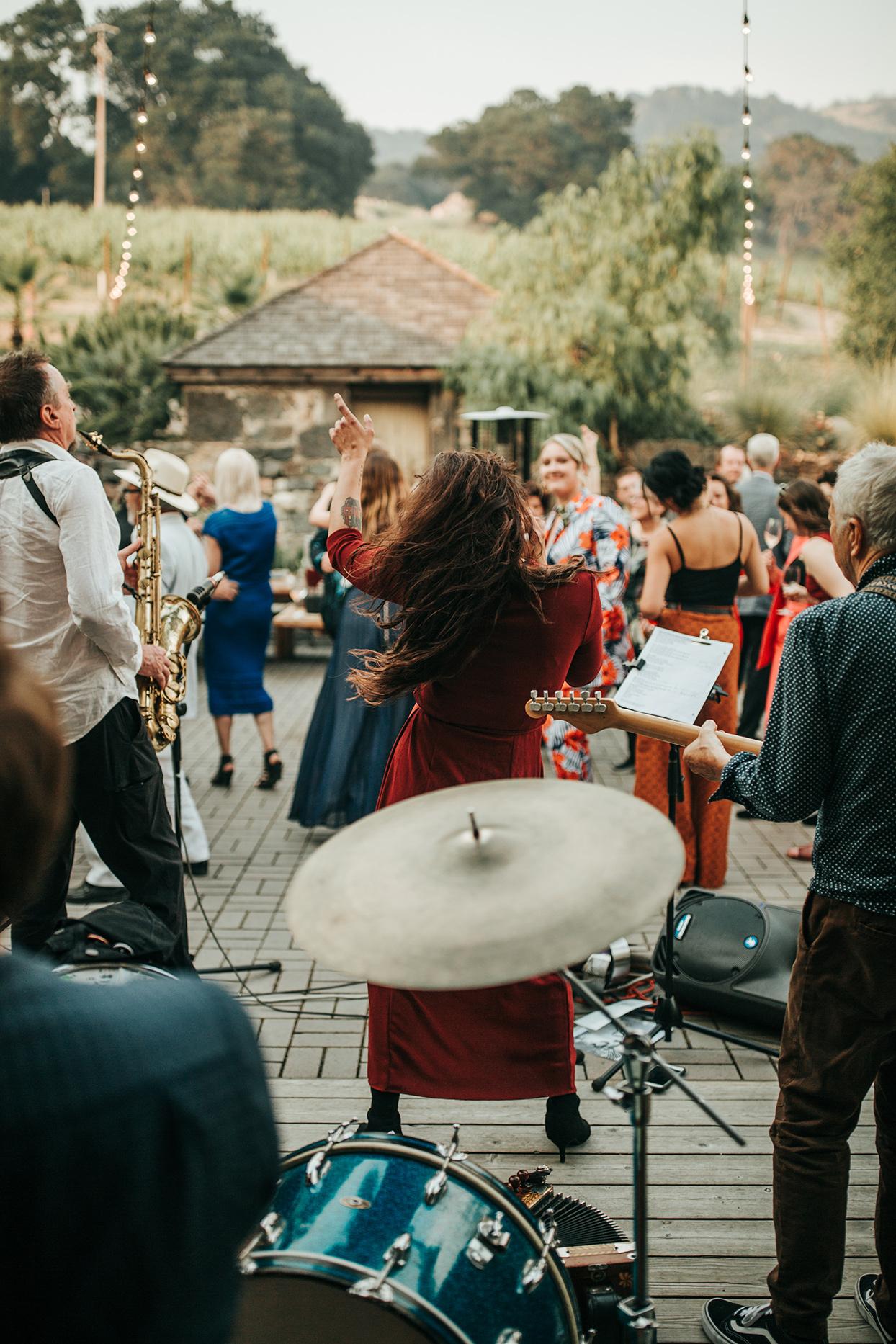 austin alex wedding band playing on patio
