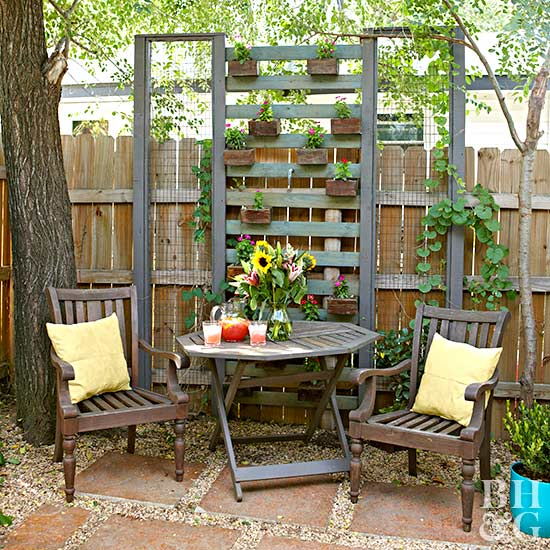 vertical planter with pallets and fence pickets
