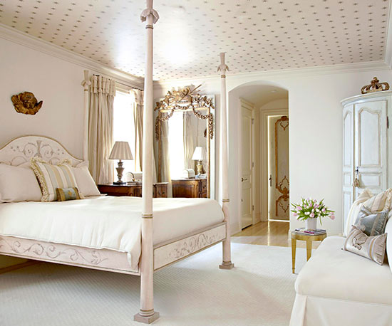 4 poster bed, patterned ceiling