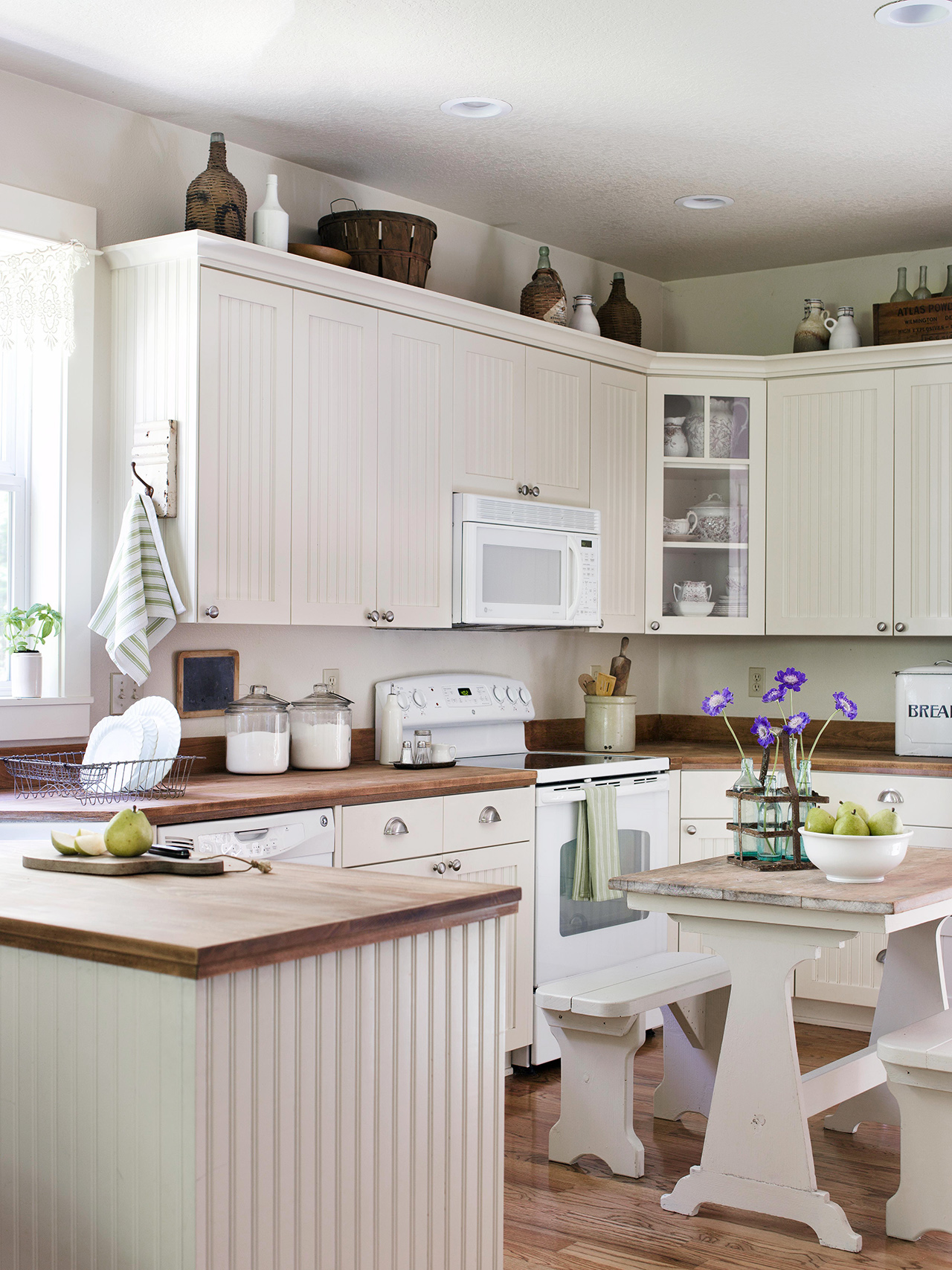 kitchen with cabinet molding and picnic table